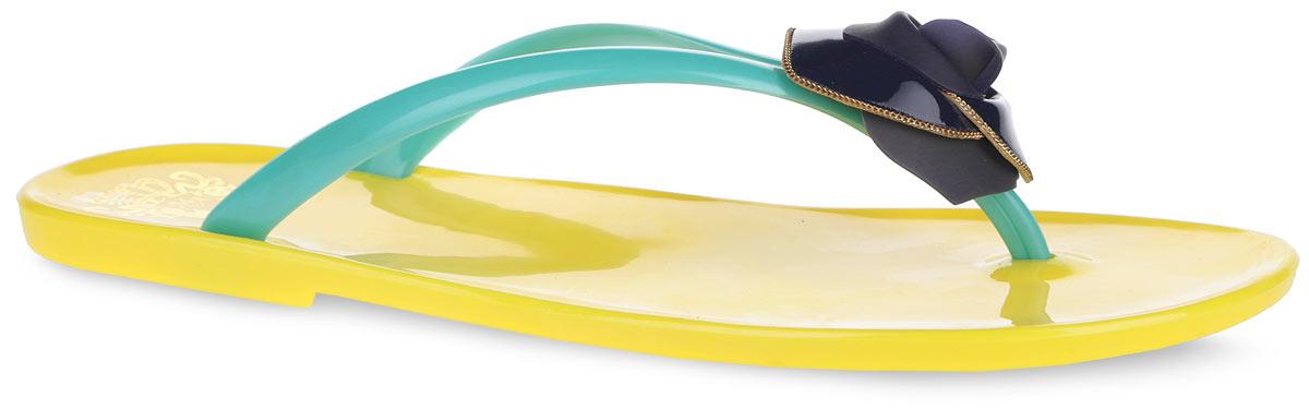 Сланцы женские Mon Ami, цвет: желтый, голубой, темно-синий. 27348_YELLOW-BLUE. Размер 4027348_YELLOW-BLUEЧудесные женские сланцы от Mon Ami придутся вам по душе. Модель полностью выполнена из ПВХ и оформлена на ремешке роскошной аппликацией в виде розочки, дополненной металлической цепочкой. Ремешки с перемычкой гарантируют надежную фиксацию изделия на ноге. Рельефное основание подошвы обеспечивает уверенное сцепление с любой поверхностью. Удобные сланцы прекрасно подойдут для похода в бассейн или на пляж.