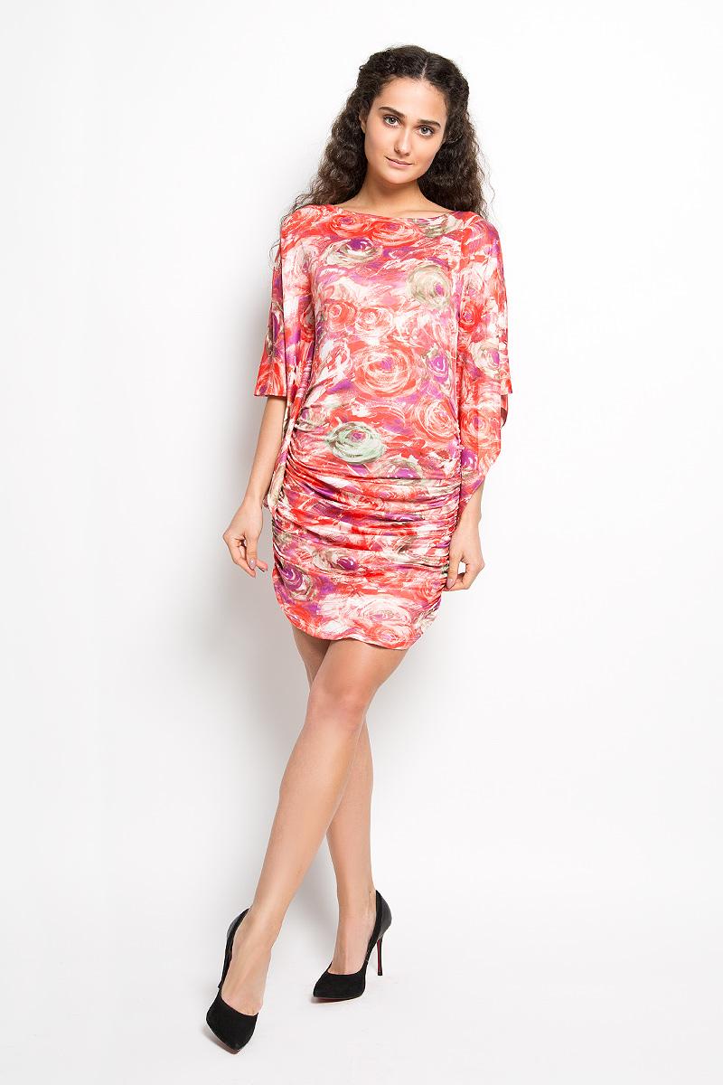 Платье Karff, цвет: красный, фиолетовый, зеленый. LD 017-03. Размер L (48)LD 017-03Прелестное трикотажное платье Karff подчеркнет ваш уникальный стиль и поможет создать оригинальный женственный образ. Модель облегающего покроя с фигурными цельнокроеными рукавами 3/4 и круглым вырезом горловины придется вам по душе. По бокам платье дополнено вертикальной сборкой, за счет которой изделие красиво драпируется. Модель оформлена ярким оригинальным принтом.Такое платье станет стильным дополнением к вашему гардеробу.