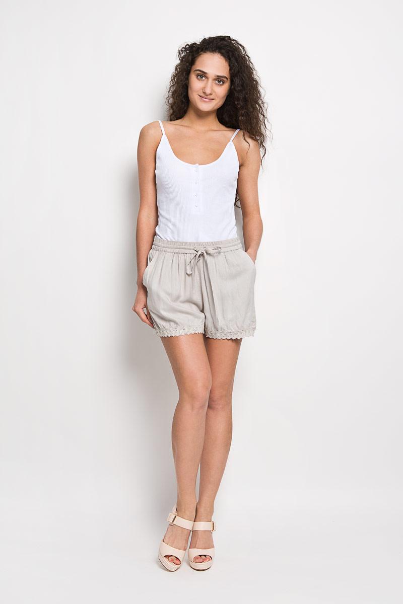 Шорты женские Broadway Frangsca, цвет: светло-серый. 10156334 053. Размер S (44)10156334 053Короткие женские шорты Broadway Frangsca станут прекрасным дополнением к летнему гардеробу. Они изготовлены из вискозы, мягкие и приятные на ощупь, не сковывают движения, обеспечивая наибольший комфорт. Модель на талии имеет широкую эластичную резинку с затягивающимся шнурком. Спереди шорты дополнены двумя втачными карманами со скошенными краями. Низ брючин оформлен вязаными вставками.Эти шорты - идеальный вариант для жарких летних дней.