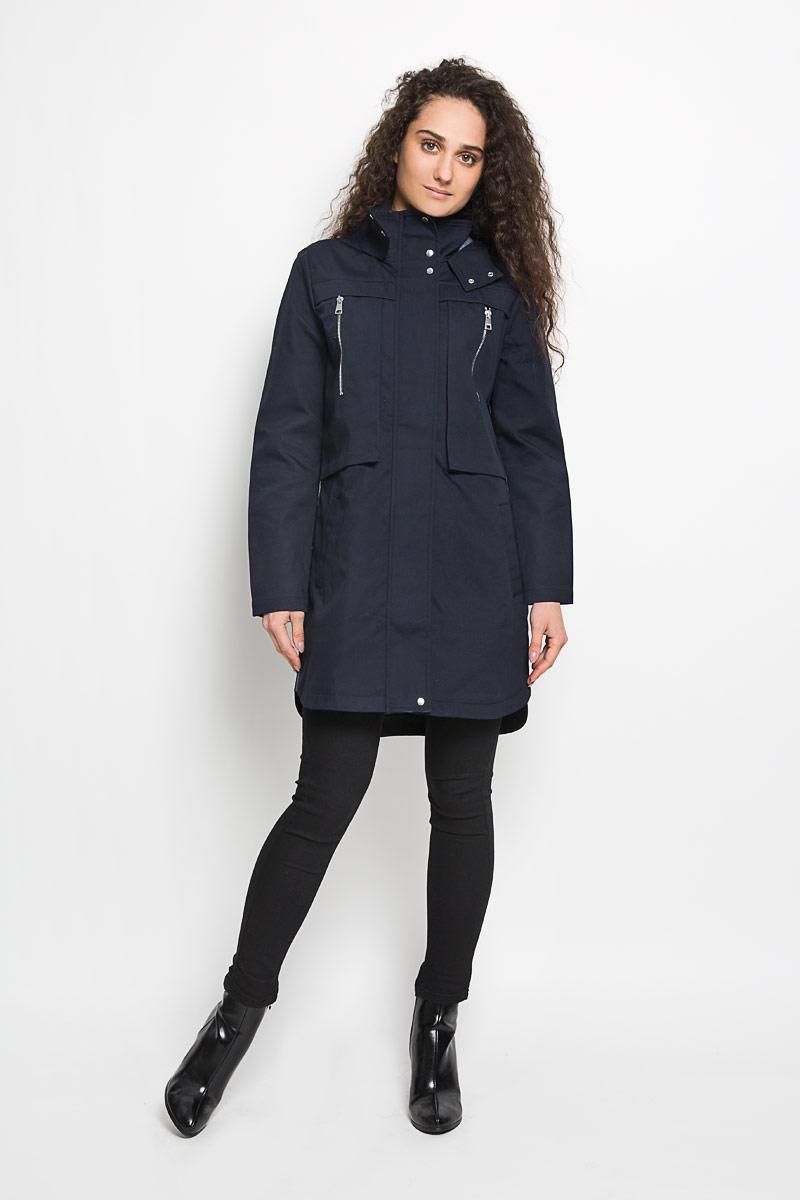 Пальто женское Tom Tailor Denim, цвет: синий. 3820857.00.71_6724. Размер S (44)3820857.00.71_6724Стильное женское пальто Tom Tailor Denim выполнено из натурального хлопка и рассчитана на прохладную погоду. Она поможет вам почувствовать себя максимально комфортно и стильно. Модель с длинными рукавами, воротником-стойкой и не съемным капюшоном застегивается на застежку-молнию и дополнительно ветрозащитным клапаном на кнопки. Низ рукава дополнен небольшим хлястиком на кнопке, за счет которого можно регулировать длину рукава. Куртка спереди дополнена двумя оригинальными накладными карманами на вертикальной застежке-молнии и двумя прорезными карманами, а сзади отлетной кокеткой закрепленной кнопкой. Спинка немного удлинена.В этом пальто вам будет комфортно. Модная фактура ткани, отличное качество, великолепный дизайн.