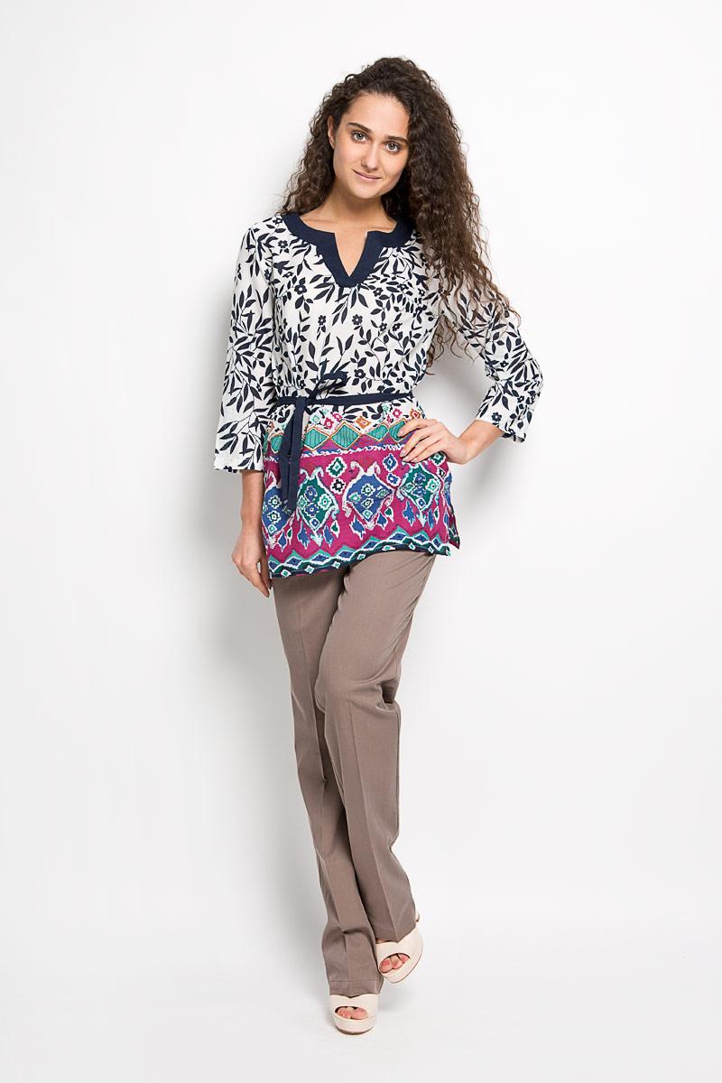Блузка женская Finn Flare, цвет: темно-синий, белый. S16-14009. Размер L (48)S16-14009Стильная женская блуза Finn Flare, выполненная из натурального хлопка, подчеркнет ваш уникальный стиль и поможет создать оригинальный женственный образ.Удлиненная блузка с рукавами 3/4 и V-образным вырезом горловины оформлена оригинальным цветочным принтом. Модель дополнена узким текстильным поясом. На рукавах располагаются хлястики с пуговицами, позволяющие регулировать длину рукавов. Такая блузка идеально подойдет для жарких летних дней. Такая блузка будет дарить вам комфорт в течение всего дня и послужит замечательным дополнением к вашему гардеробу.