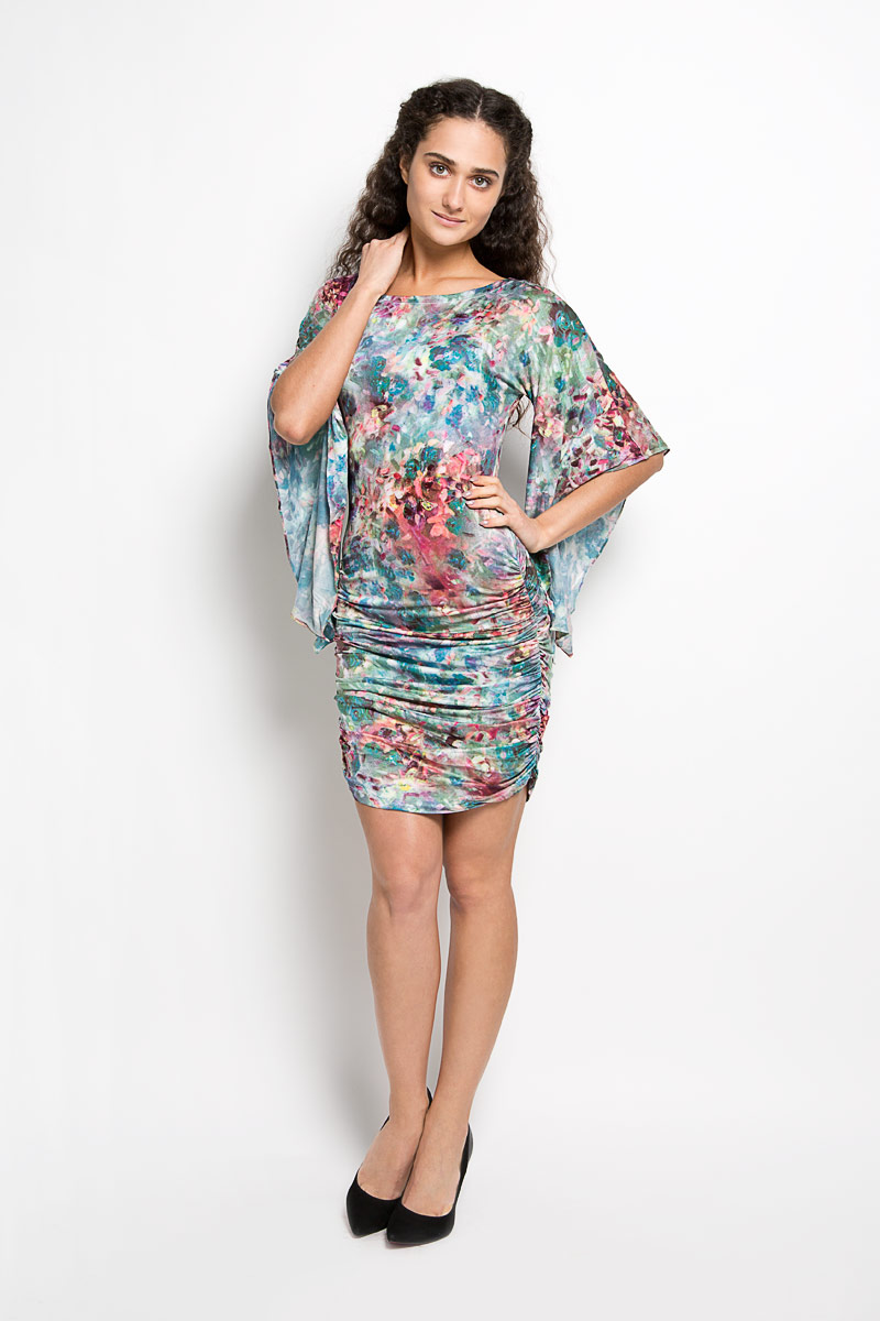 Платье Karff, цвет: бирюзовый, зеленый, фиолетовый. LD 017-01. Размер M (46)LD 017-01Прелестное трикотажное платье Karff подчеркнет ваш уникальный стиль и поможет создать оригинальный женственный образ. Модель облегающего покроя с фигурными цельнокроеными рукавами 3/4 и круглым вырезом горловины придется вам по душе. По бокам платье дополнено вертикальной сборкой, за счет которой изделие красиво драпируется. Модель оформлена ярким оригинальным принтом.Такое платье станет стильным дополнением к вашему гардеробу.