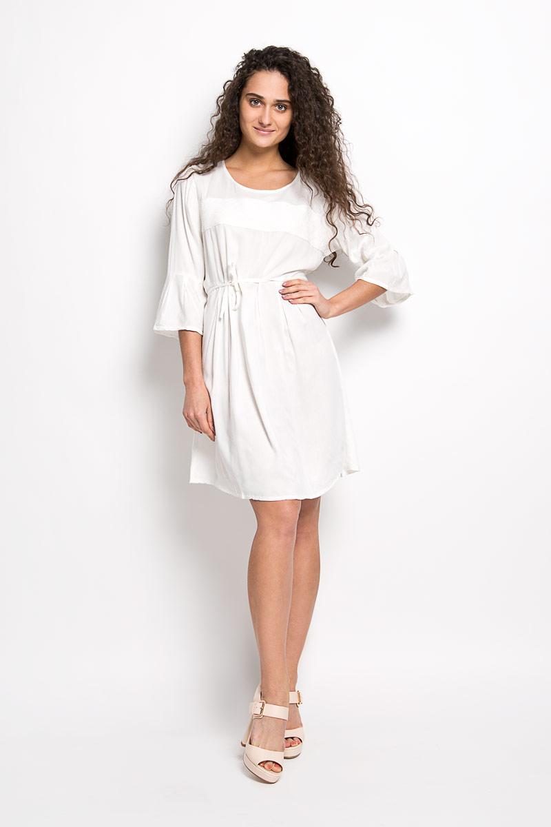 Платье Broadway Mallory, цвет: молочный. 10156371 001. Размер M (46)10156371 001Платье Broadway Mallory идеально подойдет для вас и станет стильным дополнением к вашему гардеробу. Выполненное из 100% вискозы, оно очень приятное на ощупь, не сковывает движений и хорошо вентилируется.Модель с круглым вырезом горловины и рукавами 3/4 на спинке застегивается на маленькую пуговичку. Плате-миди спереди дополнено вставкой с вышитым орнаментом. На талии расположен небольшой поясок, который можно завязать сзади красивым бантиком. Такое платье поможет создать яркий и привлекательный образ, в нем вам будет удобно и комфортно.