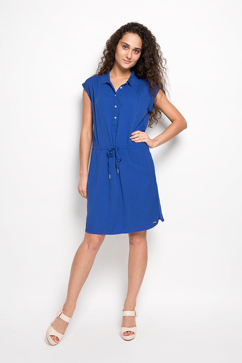 Платье Calvin Klein Jeans, цвет: синий. J2EJ204545_0800. Размер S (42)LD 008-01Модное платье Calvin Klein Jeans станет отличным дополнением к вашему гардеробу. Модель, изготовленная из вискозы, очень мягкая, тактильно приятная, не сковывает движения и позволяет коже дышать.Платье-миди свободного кроя с отложным воротником и короткими рукавами-кимоно застегивается спереди на пять пуговиц. Рукава дополнены декоративными отворотами. Обхват талии регулируется с помощью затягивающегося шнурка. По бокам находятся два втачных кармана.Такое платье станет стильным дополнением к вашему гардеробу, оно подарит вам комфорт в течение всего дня!