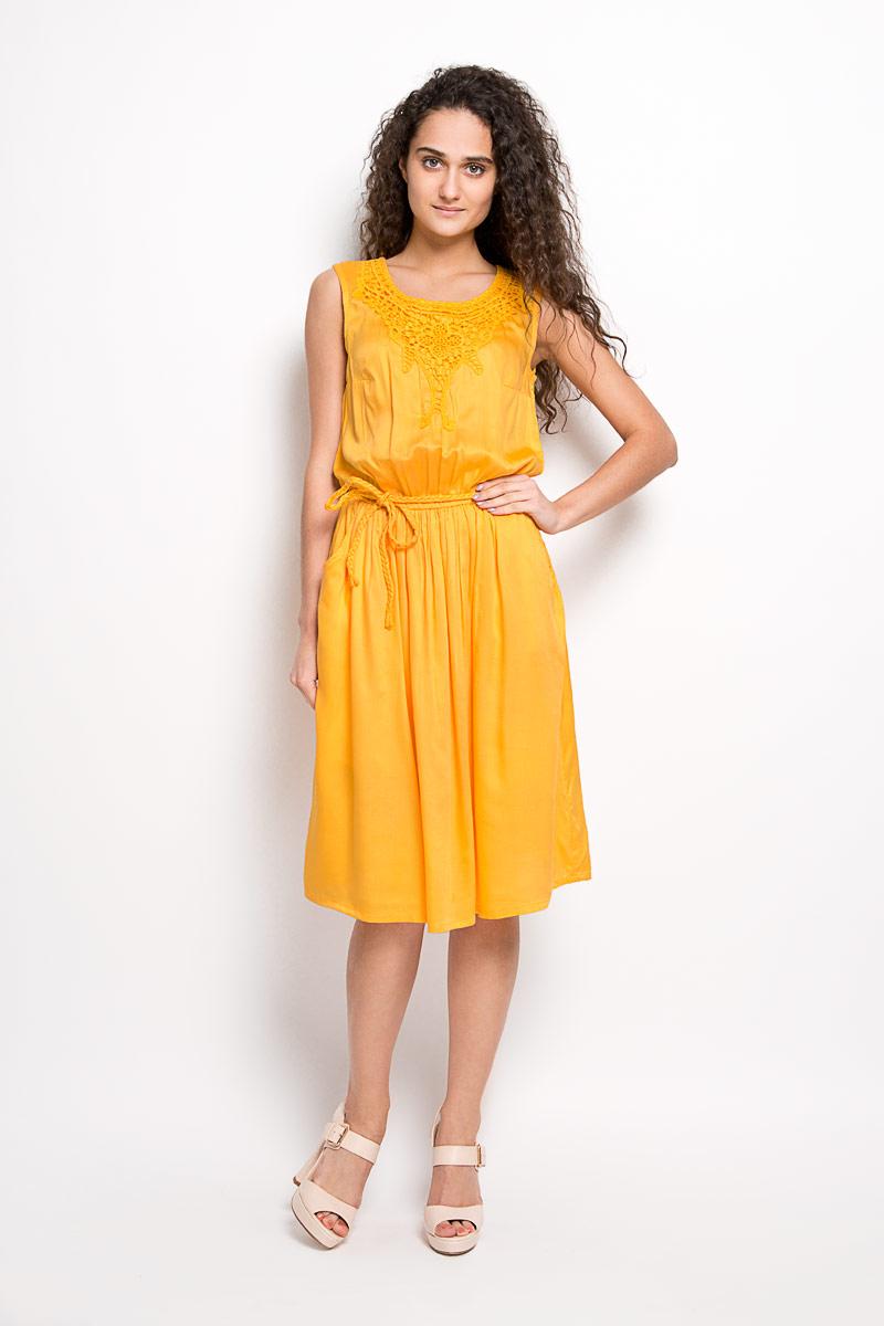 Платье Finn Flare, цвет: желтый. S16-12038. Размер M (46)S16-12038Модное платье Finn Flare, выполненное из вискозы, подчеркнет ваш уникальный стиль и поможет создать оригинальный женственный образ. Платье-миди с круглым вырезом горловины сверху оформлено кружевом. Застегивается модель на пуговицу, расположенную на спинке. На талии предусмотрена резинка. Спереди расположены два втачных карманы. Платье дополнено пояском в виде косички.Стильное платье станет стильным дополнением к вашему гардеробу, оно подарит вам комфорт в течение всего дня!