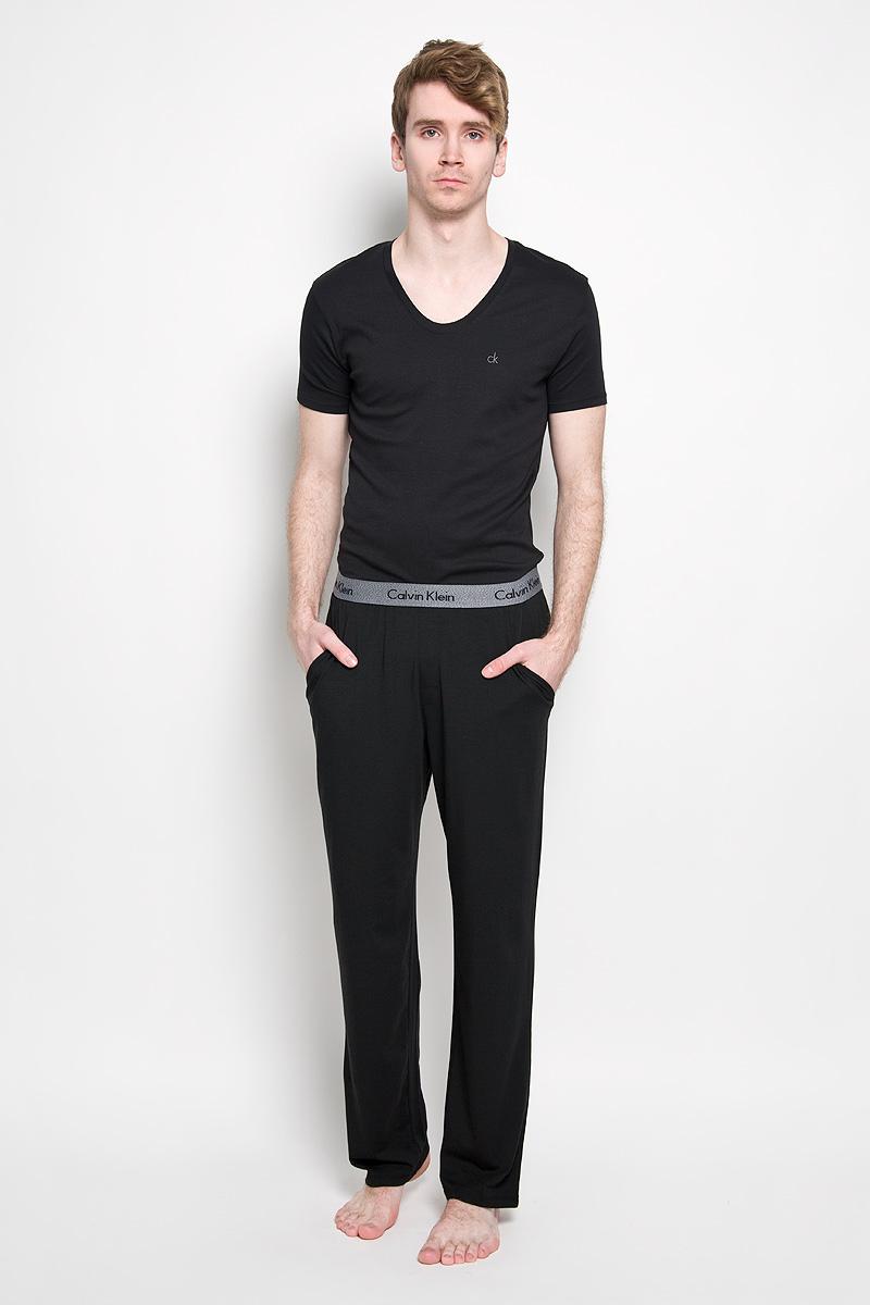 Брюки пижамные мужские Calvin Klein Underwear, цвет: черный. NM1073A_001. Размер L (48/50)NM1073A_001Мужские пижамные брюки Calvin Klein, выполненные из хлопка с добавлением модала и эластана, легкие и приятные к телу, отлично пропускают воздух. Модель прямого кроя имеет на талии широкую резинку, оформленную надписями с названием бренда. Спереди изделие дополнено двумя втачными карманами с косыми срезами.Такие брюки станут идеальным дополнением к вашему гардеробу, в них вы будете чувствовать себя комфортно и уютно!