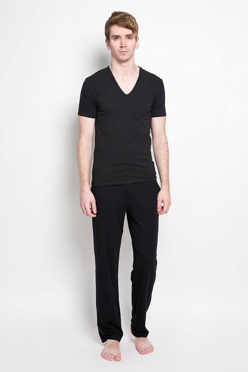 Брюки мужские Calvin Klein Jeans, цвет: черный. M9640E_001. Размер M (46/48)500868_161Стильные мужские брюки Calvin Klein, изготовленные из хлопка с добавлением эластана, необычайно мягкие и приятные на ощупь, не сковывают движения, обеспечивая наибольший комфорт. Модель прямого покроя на талии дополнена широкой резинкой контрастного цвета, оформленной надписью Calvin Klein. Спереди модель дополнена двумя втачными карманами.Эти брюки идеальный вариант на каждый день.
