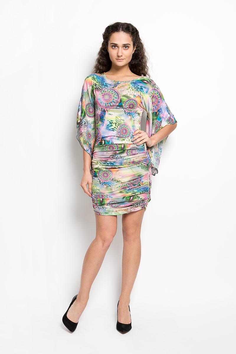 Платье Karff, цвет: зеленый, мультиколор. LD 017-02. Размер M (46)LD 017-02Прелестное трикотажное платье Karff подчеркнет ваш уникальный стиль и поможет создать оригинальный женственный образ. Модель облегающего покроя с фигурными цельнокроеными рукавами 3/4 и круглым вырезом горловины придется вам по душе. По бокам платье дополнено вертикальной сборкой, за счет которой изделие красиво драпируется. Модель оформлена ярким оригинальным принтом.Такое платье станет стильным дополнением к вашему гардеробу.