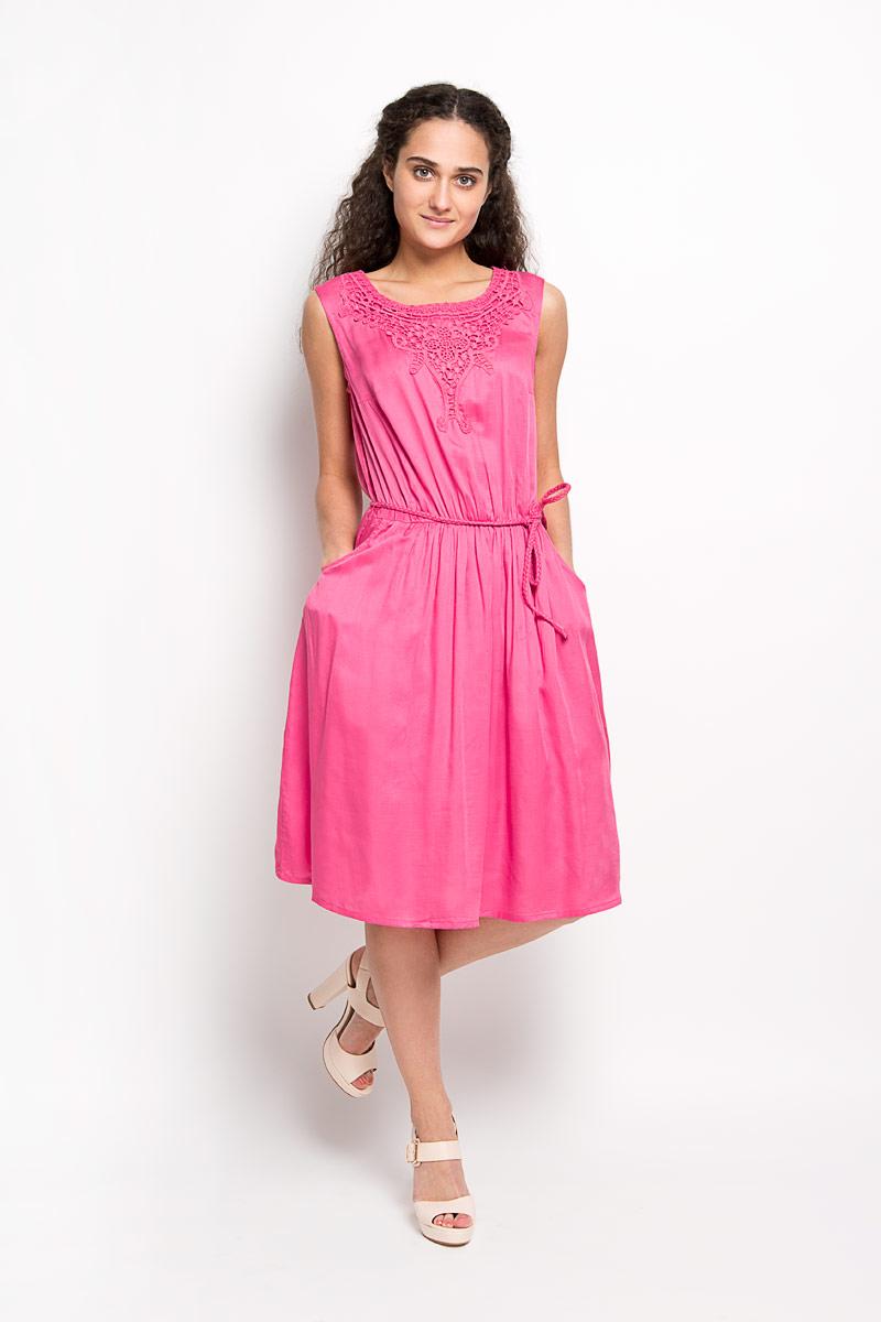 Платье Finn Flare, цвет: малиновый. S16-12038. Размер L (48)S16-12038Модное платье Finn Flare, выполненное из вискозы, подчеркнет ваш уникальный стиль и поможет создать оригинальный женственный образ. Платье-миди с круглым вырезом горловины сверху оформлено кружевом. Застегивается модель на пуговицу, расположенную на спинке. На талии предусмотрена резинка. Спереди расположены два втачных карманы. Платье дополнено пояском в виде косички.Стильное платье станет стильным дополнением к вашему гардеробу, оно подарит вам комфорт в течение всего дня!
