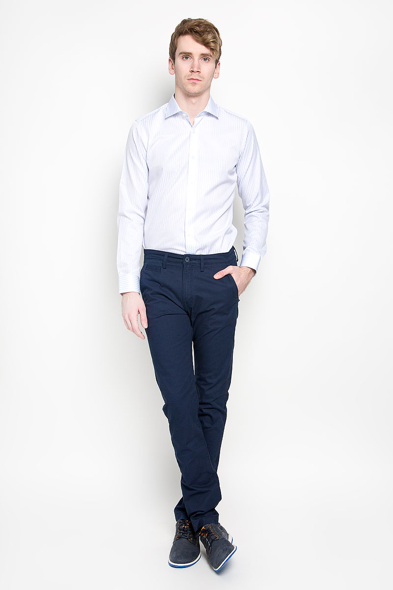 Брюки мужские Lee Chino, цвет: темно-синий. L768GK84. Размер 29-34 (44/46-34)L768GK84Стильные мужские брюки Lee Chino великолепно подойдут для повседневной носки и помогут вам создать незабываемый современный образ. Классическая модель немного зауженного кроя и стандартной посадки изготовлена из эластичного хлопка, благодаря чему великолепно пропускает воздух, обладает высокой гигроскопичностью и превосходно сидит. Брюки застегиваются на ширинку на застежке-молнии, а также пуговицу на поясе. На поясе расположены шлевки для ремня. Брюки оснащены двумя втачными карманами и небольшим прорезным кармашком спереди, а также двумя прорезными карманами с клапанами на пуговицах сзади.Эти модные и в тоже время удобные брюки станут великолепным дополнением к вашему гардеробу. В них вы всегда будете чувствовать себя уверенно и комфортно.