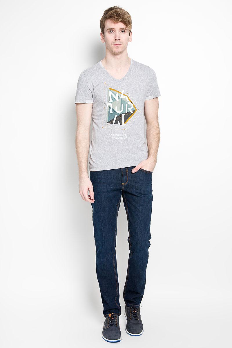 Футболка мужская Tom Tailor, цвет: серый меланж. 1034635.00.15_2220. Размер L (50)1034635.00.15_2220Стильная мужская футболка Tom Tailor, изготовленная из натурального хлопка, прекрасно подойдет для повседневной носки. Материал очень мягкий и приятный на ощупь, не сковывает движения и позволяет коже дышать. Модель с короткими рукавами и V-образным вырезом горловины оформлена спереди оригинальным принтом. Низ рукавов, горловина и низ изделия дополнены контрастными вставками. Такая модель будет дарить вам комфорт в течение всего дня и станет отличным дополнением к вашему гардеробу.