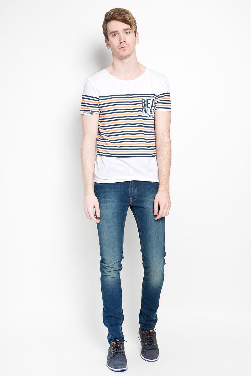 Футболка мужская Tom Tailor Denim, цвет: белый, темно-синий, оранжевый. 1034724.00.12_6748. Размер L (50)1034724.00.12_6748Стильная мужская футболка Tom Tailor Denim выполнена из натурального хлопка. Материал очень мягкий и приятный на ощупь, обладает высокой воздухопроницаемостью и гигроскопичностью, позволяет коже дышать. Модель с круглым вырезом горловины и короткими рукавами дополнена на груди накладным кармашком. Низ рукавов декорирован небольшими пристроченными отворотами с эффектом необработанного края. Футболка оформлена принтом в полоску и украшена фирменной текстильной нашивкой. Такая модель подарит вам комфорт в течение всего дня и послужит замечательным дополнением к вашему гардеробу.