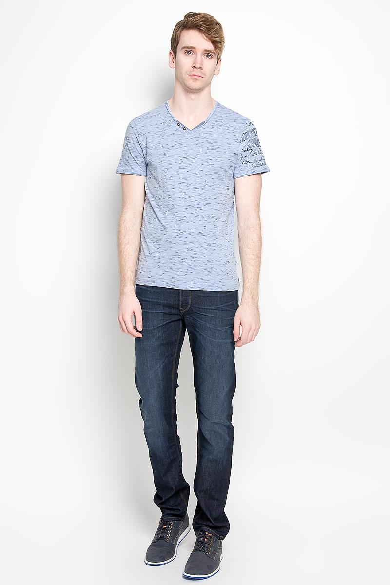 Футболка мужская Tom Tailor, цвет: серо-голубой, черный. 1034609.00.10_6851. Размер L (50)1034609.00.10_6851Стильная мужская футболка Tom Tailor, выполненная из высококачественного хлопка с добавлением полиэстера, обладает высокой воздухопроницаемостью и гигроскопичностью, позволяет коже дышать. Такая футболка великолепно подойдет как для повседневной носки, так и для спортивных занятий.Модель с короткими рукавами и V-образным вырезом горловины станет идеальным вариантом для создания модного современного образа. Вырез горловины дополнен трикотажной эластичной резинкой и двумя декоративными металлическими пуговицами. Такая модель подарит вам комфорт в течение всего дня и послужит замечательным дополнением к вашему гардеробу.