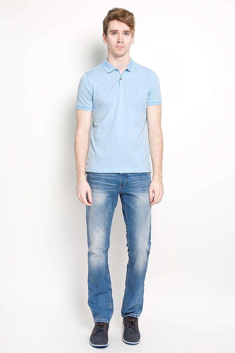 Поло мужское Calvin Klein Jeans, цвет: голубой. K3EK300054_4690. Размер M (48)SW 80_01Мужская футболка-поло Calvin Klein поможет создать отличный современный образ. Модель изготовлена из натурального хлопка, очень мягкая, тактильно приятная, не сковывает движения и хорошо пропускает воздух.Футболка-поло с отложным воротником и короткими рукавами застегивается сверху на две пуговицы. Воротник и края рукавов выполнены из трикотажной резинки. Спинка изделия слегка удлинена. По бокам предусмотрены небольшие разрезы. Футболка украшена вышитым логотипом бренда. Такая модель отлично подойдет для повседневной носки и подарит вам комфорт в течение всего дня!