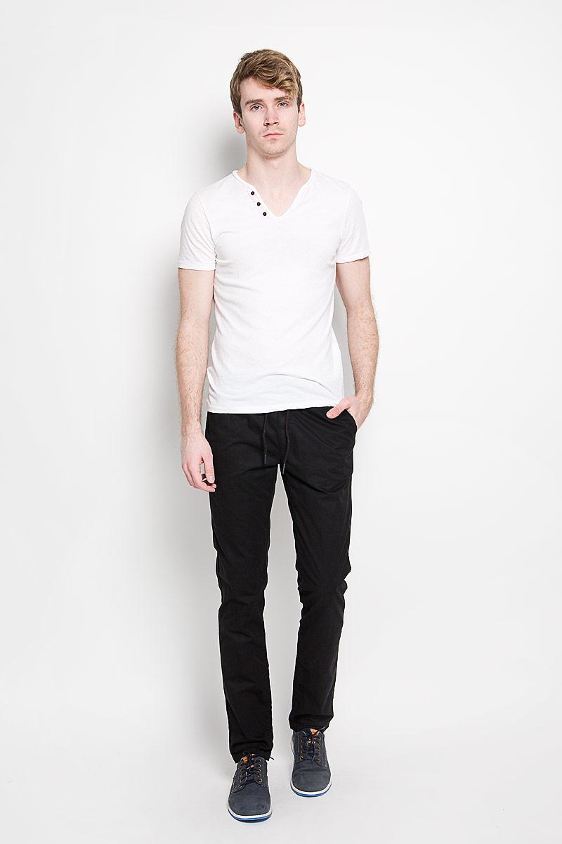 Брюки мужские Calvin Klein Jeans, цвет: черный. J3EJ303550_9654. Размер 36 (56/58)J3EJ303550_9654Мужские брюки Calvin Klein Jeans станут модным дополнением к вашему гардеробу. Изготовленные из натурального хлопка, они мягкие и приятные на ощупь, не сковывают движения и позволяют коже дышать, обеспечивая комфорт. Брюки прямого кроя на поясе застегиваются на металлический крючок и имеют ширинку на застежке-молнии, а также шлевки для ремня и скрытый шнурок. Спереди у модели предусмотрены два втачных кармана, сзади - два прорезных кармана со светоотражающими элементами.Современный дизайн и расцветка делают эти брюки стильным предметом одежды, они отлично дополнят ваш образ и подчеркнут неповторимый стиль.