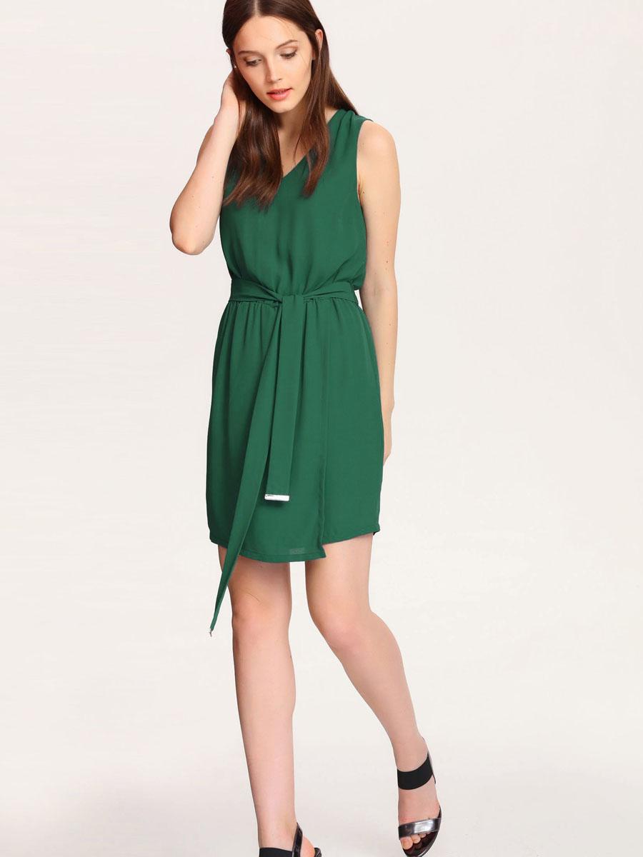 Платье Top Secret, цвет: изумрудный. SSU1529ZI[E]. Размер 42 (48)SSU1529ZI[E]Платье Top Secret выполнено из 100% полиэстера и дополнено подкладкой из полиэстера. Платье-миди с V-образным вырезом горловины застегивается на потайную застежку-молнию расположенную в среднем шве спинке. По талии изделия присобрано на резинку и дополнено текстильным поясом. Юбка модель оформлена запахом.