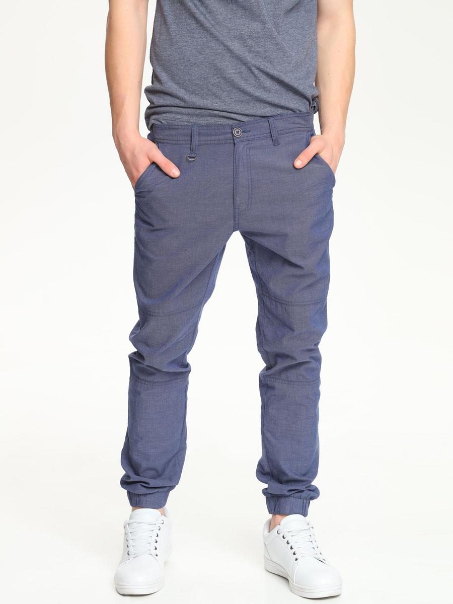 Брюки мужские Top Secret, цвет: темно-синий. SSP2197GR[E]. Размер 32 (48)SSP2197GR[E]Стильные мужские брюки Top Secret выполнены из натурального хлопка.Брюки на талии застегиваются на пуговицу, также имеются ширинка на застежке-молнии и шлевки для ремня. Спереди модель оснащена двумя втачными карманами со скошенными краями, а сзади двумя накладными карманами.Внизу изделие дополнено широкими эластичными манжетами.