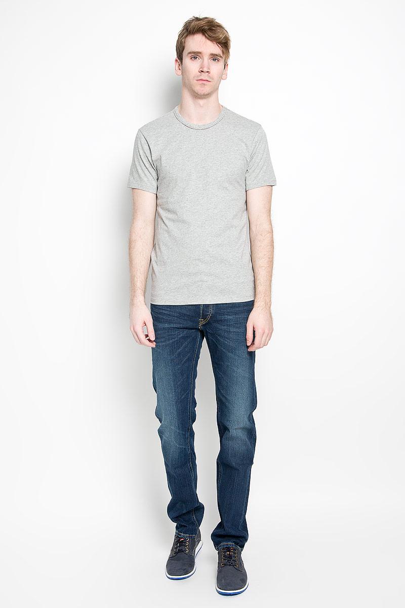Футболка мужская Calvin Klein Jeans, цвет: серый. U8506A_080. Размер S (46)88000-04Стильная мужская футболка Calvin Klein, выполненная из высококачественного 100% хлопка, обладает высокой воздухопроницаемостью и гигроскопичностью, позволяет коже дышать. Такая футболка великолепно подойдет как для повседневной носки, так и для спортивных занятий.Модель с короткими рукавами и круглым вырезом горловины станет идеальным вариантом для создания модного современного образа. Вырез горловины дополнен трикотажной эластичной резинкой. Спереди изделие оформлено небольшой нашивкой с названием бренда.Такая модель подарит вам комфорт в течение всего дня и послужит замечательным дополнением к вашему гардеробу.