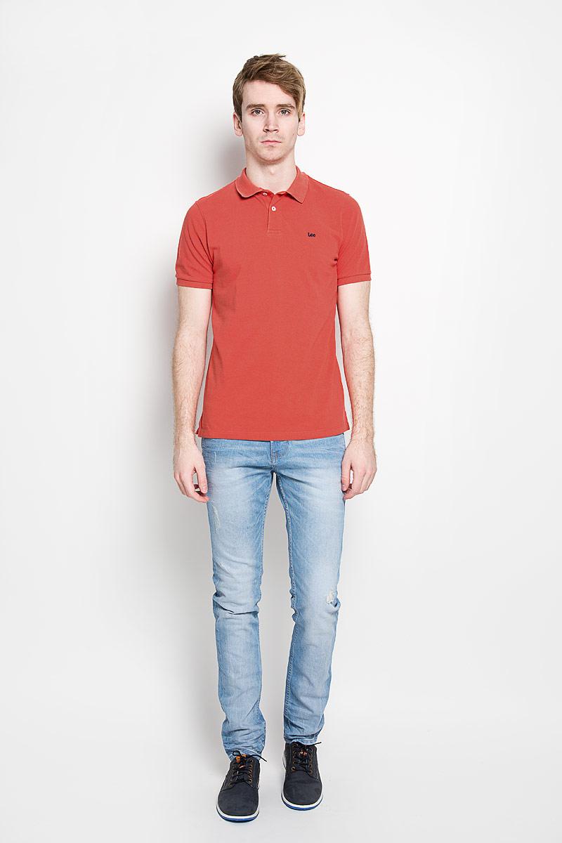 Поло мужское Lee, цвет: коралловый. L64YKCCM. Размер S (46)L64YKCCMСтильная мужская футболка-поло Lee, выполненная из натурального хлопка, обладает высокой теплопроводностью, воздухопроницаемостью и гигроскопичностью, позволяет коже дышать. Модель с короткими рукавами и отложным воротником сверху застегивается на две пуговицы. На груди футболка оформлена вышивкой с названием бренда. По бокам предусмотрены небольшие разрезы. Классический покрой, лаконичный дизайн, безукоризненное качество. В такой футболке вы будете чувствовать себя уверенно и комфортно.