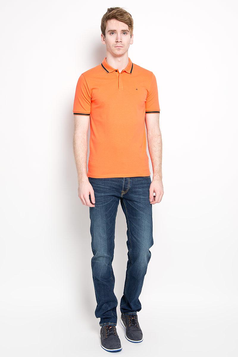 Поло мужское Calvin Klein Jeans, цвет: оранжевый, черный. J3IJ303821_0590. Размер L (48/50)J3IJ303821_0590Стильная мужская футболка-поло Calvin Klein Jeans, изготовленная из высококачественного эластичного хлопка, обладает высокой теплопроводностью, воздухопроницаемостью и гигроскопичностью, позволяет коже дышать.Модель с короткими рукавами и отложным воротником станет идеальным вариантом для создания современного образа. Сверху футболка-поло застегивается на три пуговицы, которые закрыты планкой. По бокам небольшие разрезы.Такая модель подарит вам комфорт в течение всего дня и послужит замечательным дополнением к вашему гардеробу.