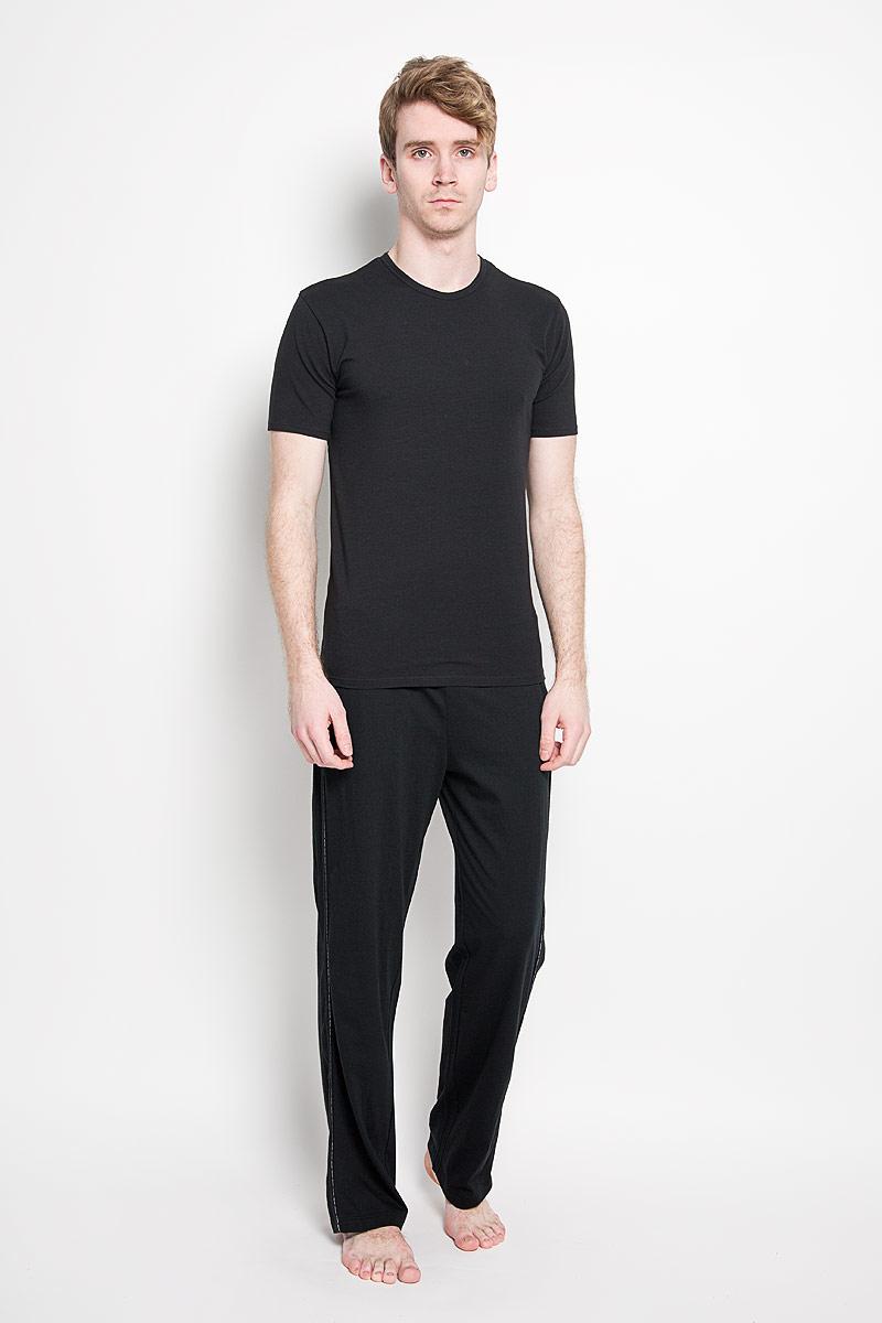 Футболка мужская Calvin Klein Jeans, цвет: черный. U8506A_001. Размер M (48)U8506A_001Стильная мужская футболка Calvin Klein, выполненная из высококачественного 100% хлопка, обладает высокой воздухопроницаемостью и гигроскопичностью, позволяет коже дышать. Такая футболка великолепно подойдет как для повседневной носки, так и для спортивных занятий.Модель с короткими рукавами и круглым вырезом горловины станет идеальным вариантом для создания модного современного образа. Вырез горловины дополнен трикотажной эластичной резинкой. Спереди изделие оформлено небольшой нашивкой с названием бренда.Такая модель подарит вам комфорт в течение всего дня и послужит замечательным дополнением к вашему гардеробу.