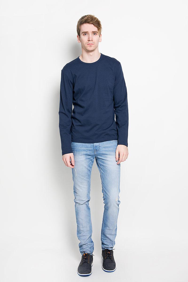 Лонгслив мужской Calvin Klein Jeans, цвет: темно-синий. U8499A_8SB. Размер XL (50/52)U8499A_8SBСтильный мужской лонгслив Calvin Klein, выполненный из 100% хлопка, обладает высокой воздухопроницаемостью и гигроскопичностью, позволяет коже дышать. Модель прямого кроя с длинными рукавами и круглым вырезом горловины спереди оформлена нашивкой с названием бренда. Модный лонгслив станет идеальным вариантом для создания эффектного образа.