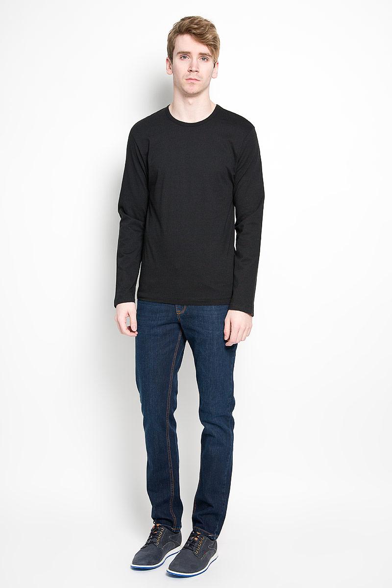 Лонгслив мужской Calvin Klein Jeans, цвет: черный. U8499A_001. Размер L (50/52)U8499A_001Стильный мужской лонгслив Calvin Klein, выполненный из 100% хлопка, обладает высокой воздухопроницаемостью и гигроскопичностью, позволяет коже дышать. Модель прямого кроя с длинными рукавами и круглым вырезом горловины спереди оформлена нашивкой с названием бренда. Модный лонгслив станет идеальным вариантом для создания эффектного образа.