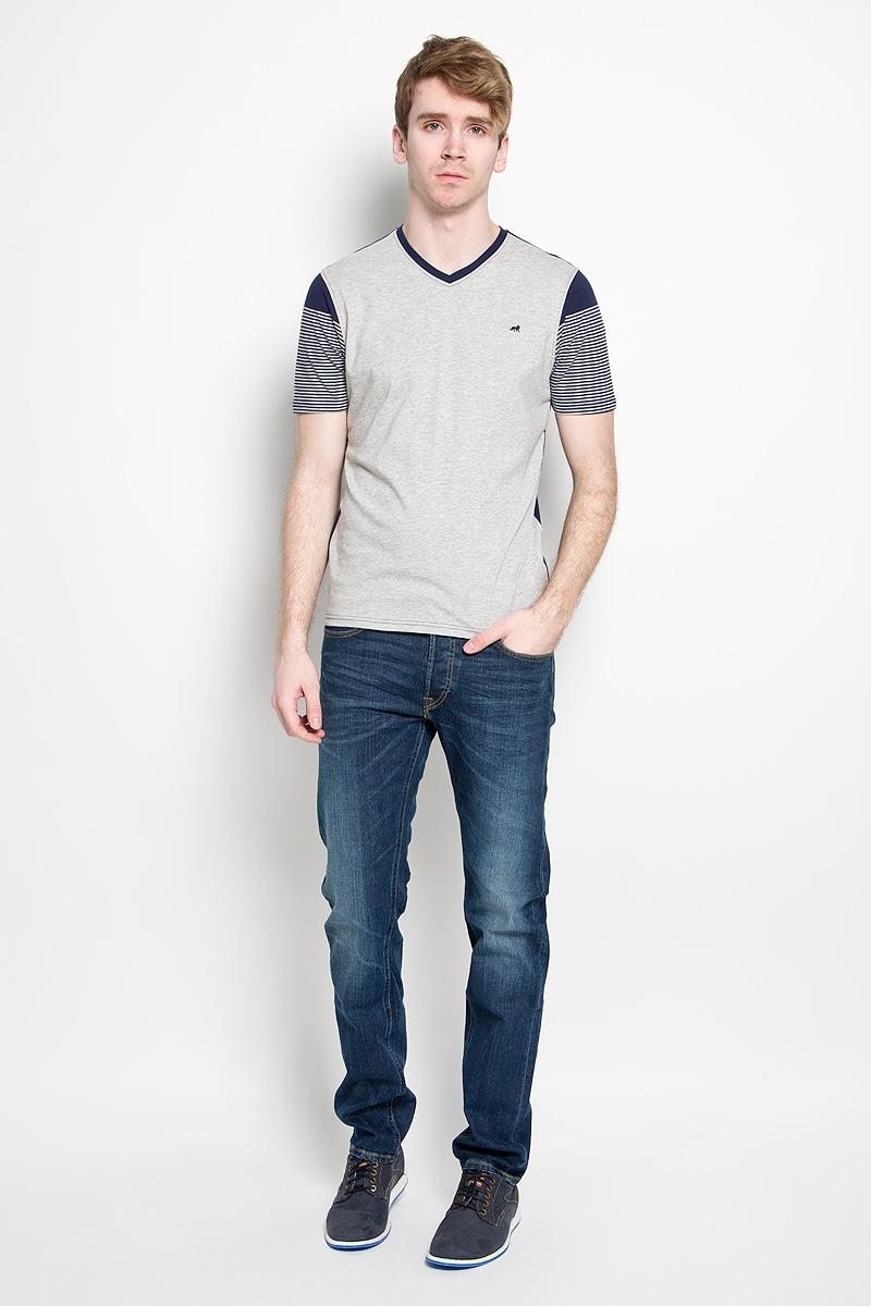 Футболка мужская John Jeniford, цвет: серый, темно-синий. JJT-161-21001-U1. Размер L (50)JJT-161-21001-U1Стильная мужская футболка John Jeniford, выполненная из высококачественного 100% хлопка, обладает высокой воздухопроницаемостью и гигроскопичностью, позволяет коже дышать. Такая футболка великолепно подойдет как для повседневной носки, так и для спортивных занятий. Модель с короткими рукавами и V-образным вырезом горловины - идеальный вариант для создания модного современного образа. Рукава футболки оформлены принтом в полоску, спинка и перед выполнены в контрастных цветах.Такая модель подарит вам комфорт в течение всего дня и послужит замечательным дополнением к вашему гардеробу.