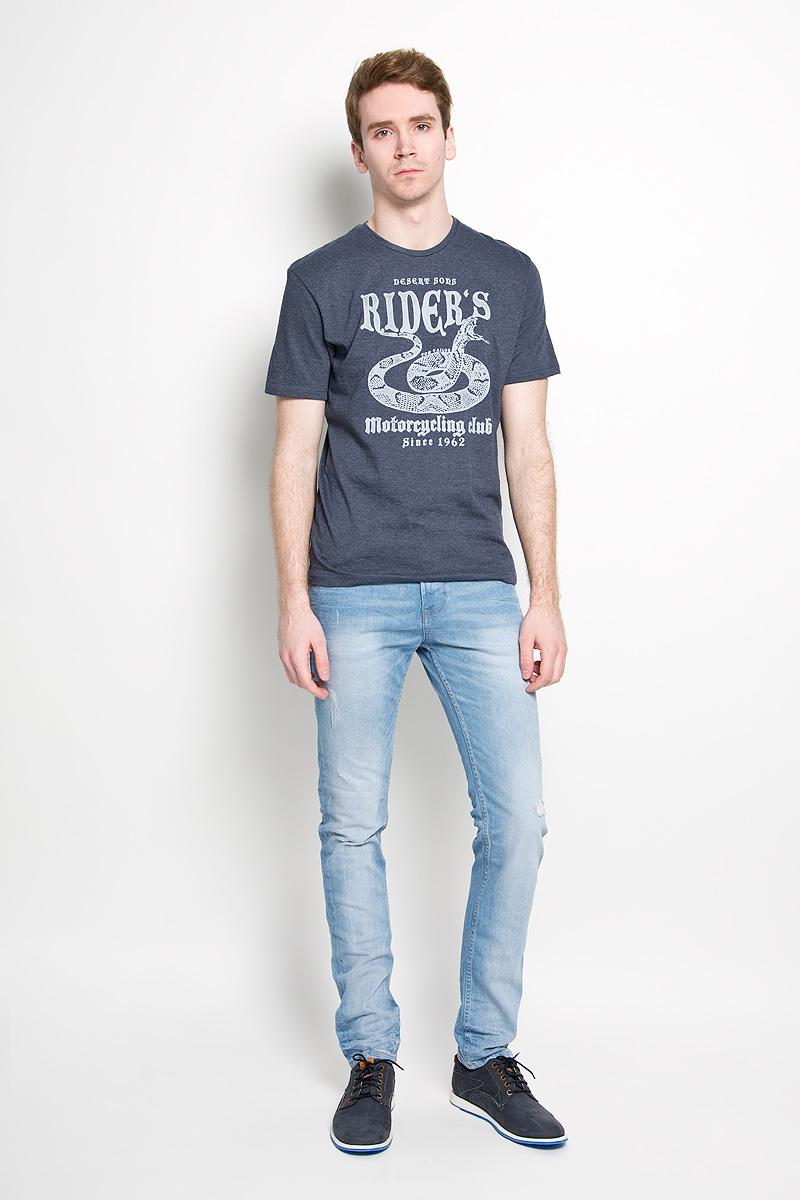 Футболка мужская Tom Tailor, цвет: серо-синий. 1034594.00.10_6593. Размер L (50)1034594.00.10_6593Стильная мужская футболка Tom Tailor, изготовленная из высококачественного хлопка с добавлением полиэстера, прекрасно подойдет для повседневной носки. Материал очень мягкий и приятный на ощупь, не сковывает движения и позволяет коже дышать. Модель с короткими рукавами и круглым вырезом горловины оформлена оригинальным принтом спереди и надписями на английском языке. Такая модель будет дарить вам комфорт в течение всего дня и станет стильным дополнением к вашему гардеробу.