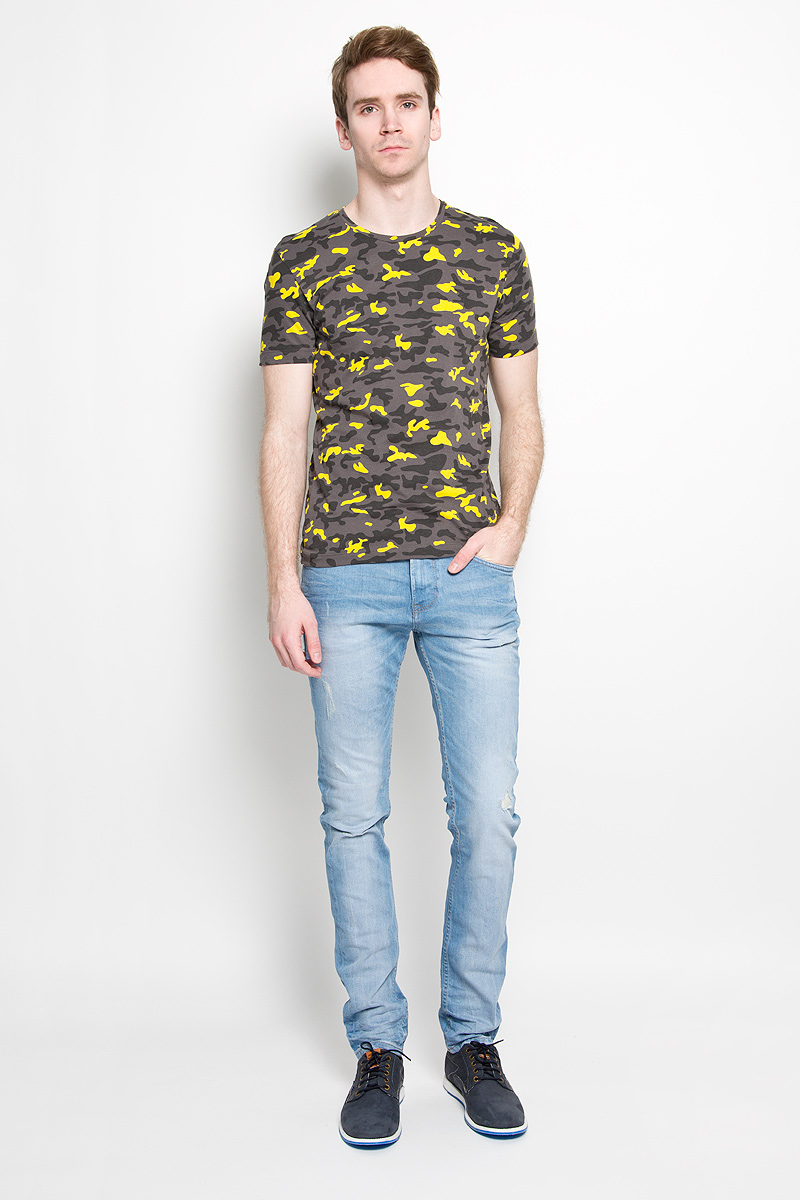 Футболка мужская Calvin Klein Jeans, цвет: желтый, серый. J3IJ303838_0680. Размер M (48)JJ-k-1008-SL15-U2Стильная мужская футболка Calvin Klein, выполненная из высококачественного 100% хлопка, обладает высокой воздухопроницаемостью и гигроскопичностью, позволяет коже дышать. Такая футболка великолепно подойдет как для повседневной носки, так и для спортивных занятий.Модель с короткими рукавами и круглым вырезом горловины - идеальный вариант для создания модного современного образа. Футболка оформлена принтом под камуфляж.Такая модель подарит вам комфорт в течение всего дня и послужит замечательным дополнением к вашему гардеробу.