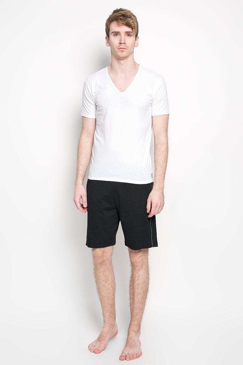 Футболка мужская Calvin Klein Underwear, цвет: белый, 2 шт. U8511A_100. Размер S (44/46)U8511A_100Мужская футболка Calvin Klein, изготовленная из эластичного хлопка, прекрасно подойдет для повседневной носки. Материал очень мягкий и приятный на ощупь, не сковывает движения и позволяет коже дышать. Модель с короткими рукавами и V-образным вырезом горловины оформлена нашивкой с логотипом бренда. Такая модель будет дарить вам комфорт в течение всего дня и станет отличным дополнением к вашему гардеробу.В комплекте 2 однотонные футболки.
