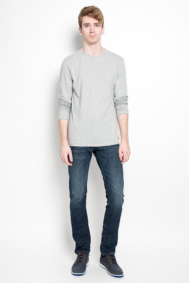 Лонгслив мужской Calvin Klein Jeans, цвет: серый. U8499A_080. Размер S (46)U8322A_001Стильный мужской лонгслив Calvin Klein, выполненный из 100% хлопка, обладает высокой воздухопроницаемостью и гигроскопичностью, позволяет коже дышать. Модель прямого кроя с длинными рукавами и круглым вырезом горловины спереди оформлена нашивкой с названием бренда. Модный лонгслив станет идеальным вариантом для создания эффектного образа.