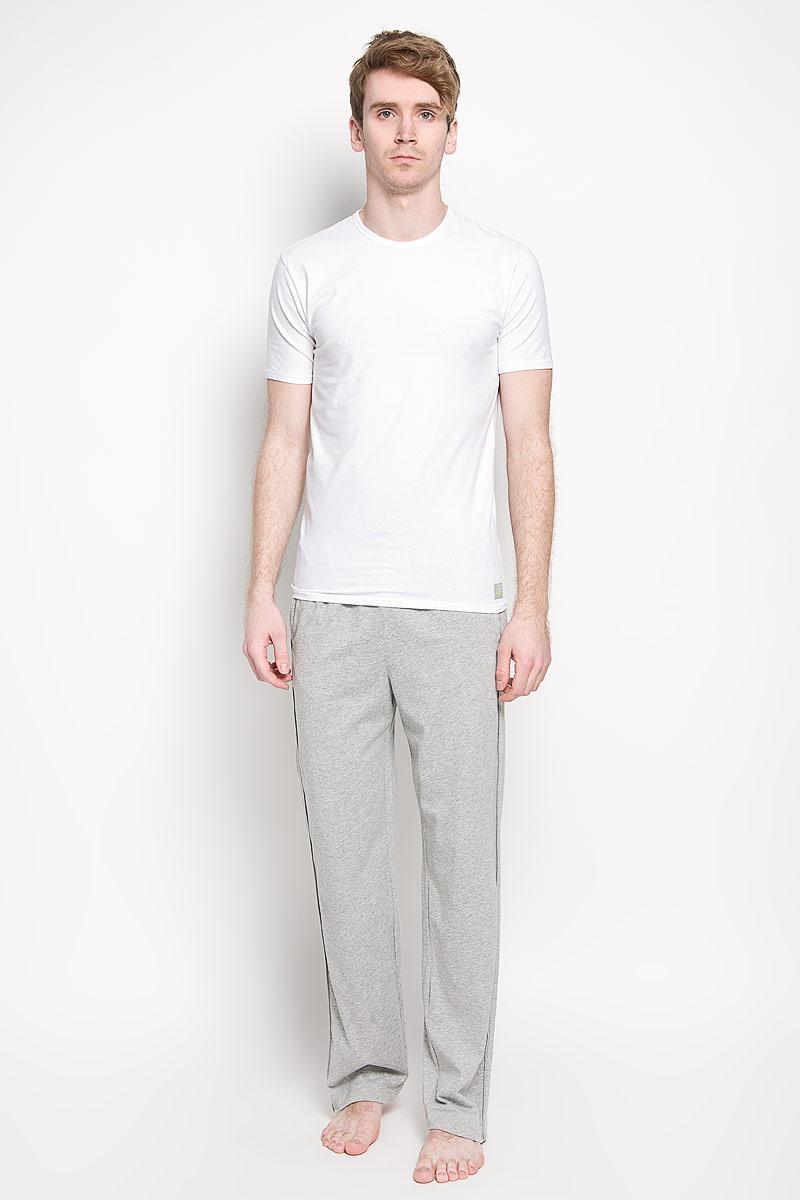 Футболка мужская Calvin Klein Underwear, цвет: белый, 2 шт. U8509A_100. Размер M (46/48)U8509A_100Мужская футболка Calvin Klein, изготовленная из эластичного хлопка, прекрасно подойдет для повседневной носки. Материал очень мягкий и приятный на ощупь, не сковывает движения и позволяет коже дышать. Модель с короткими рукавами и круглым вырезом горловины оформлена нашивкой с логотипом бренда. В комплекте 2 однотонные футболки. Такая модель будет дарить вам комфорт в течение всего дня и станет отличным дополнением к вашему гардеробу.