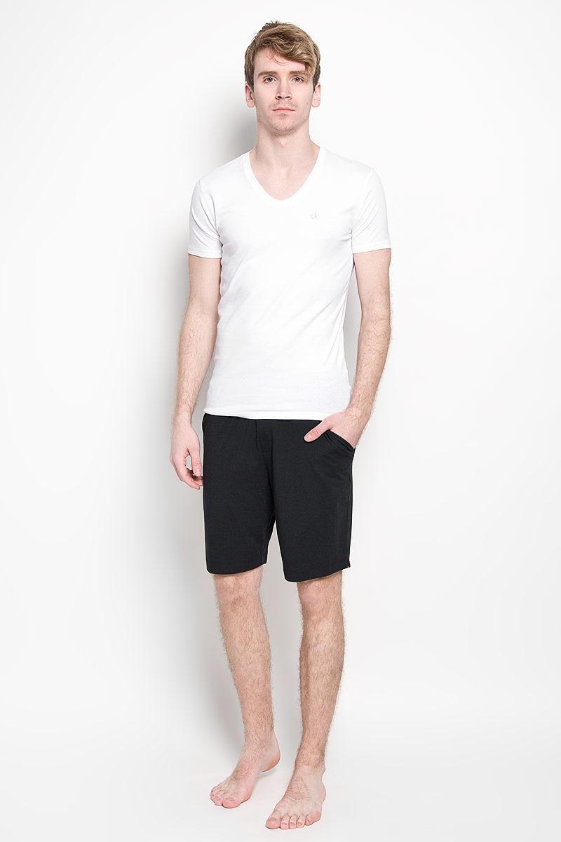 Футболка мужская Calvin Klein Underwear, цвет: белый. U8322A_100. Размер M (48)88002-01Мужская футболка Calvin Klein, изготовленная из эластичного хлопка, прекрасно подойдет для повседневной носки. Материал очень мягкий и приятный на ощупь, не сковывает движения и позволяет коже дышать. Модель с короткими рукавами и V-образным вырезом горловины станет идеальным вариантом для повседневной носки. Такая модель будет дарить вам комфорт в течение всего дня и станет отличным дополнением к вашему гардеробу.