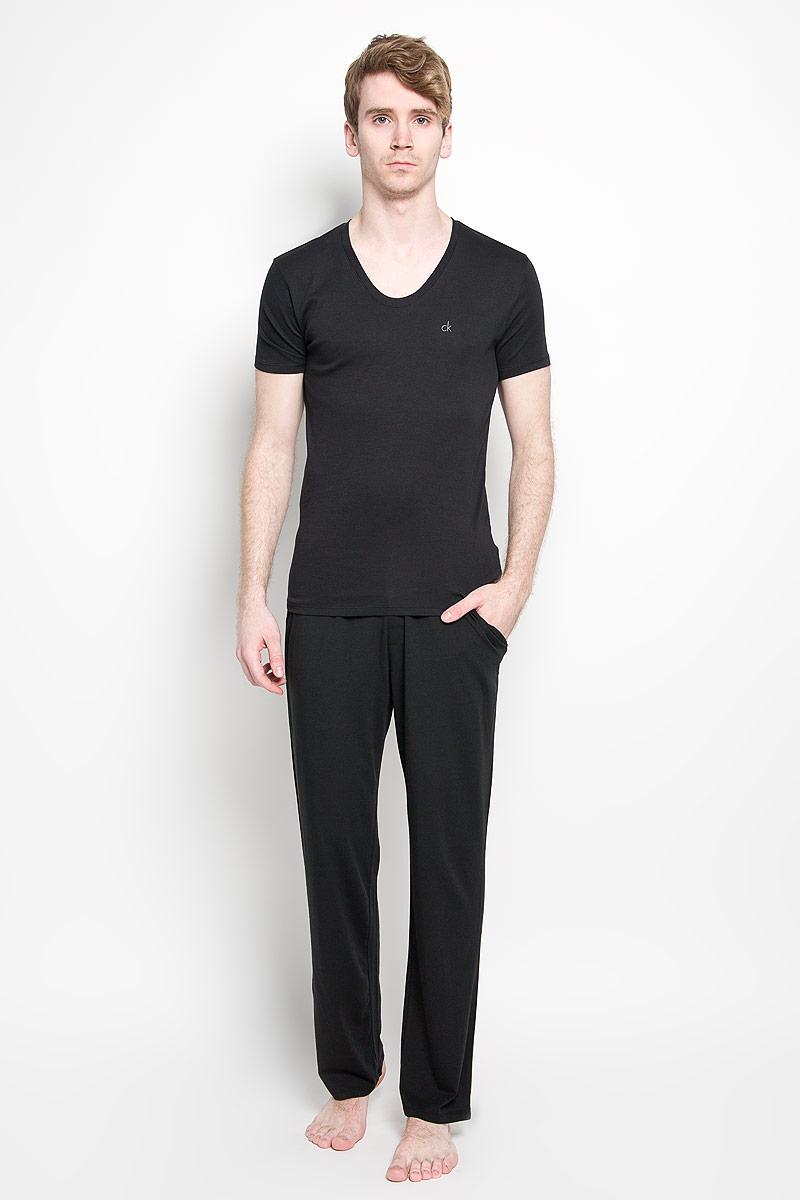 Футболка мужская Calvin Klein Underwear, цвет: черный. U8322A_001. Размер M (48)U8322A_001Мужская футболка Calvin Klein, изготовленная из эластичного хлопка, прекрасно подойдет для повседневной носки. Материал очень мягкий и приятный на ощупь, не сковывает движения и позволяет коже дышать. Модель с короткими рукавами и V-образным вырезом горловины станет идеальным вариантом для повседневной носки. Такая модель будет дарить вам комфорт в течение всего дня и станет отличным дополнением к вашему гардеробу.