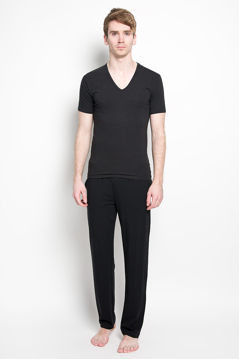 Футболка мужская Calvin Klein Jeans, цвет: черный, 2 шт. U8511A_001. Размер S (46)12.013479Мужская футболка Calvin Klein, изготовленная из эластичного хлопка, прекрасно подойдет для повседневной носки. Материал очень мягкий и приятный на ощупь, не сковывает движения и позволяет коже дышать. Модель с короткими рукавами и V-образным вырезом горловины оформлена нашивкой с логотипом бренда. Такая модель будет дарить вам комфорт в течение всего дня и станет отличным дополнением к вашему гардеробу.В комплекте 2 однотонные футболки.