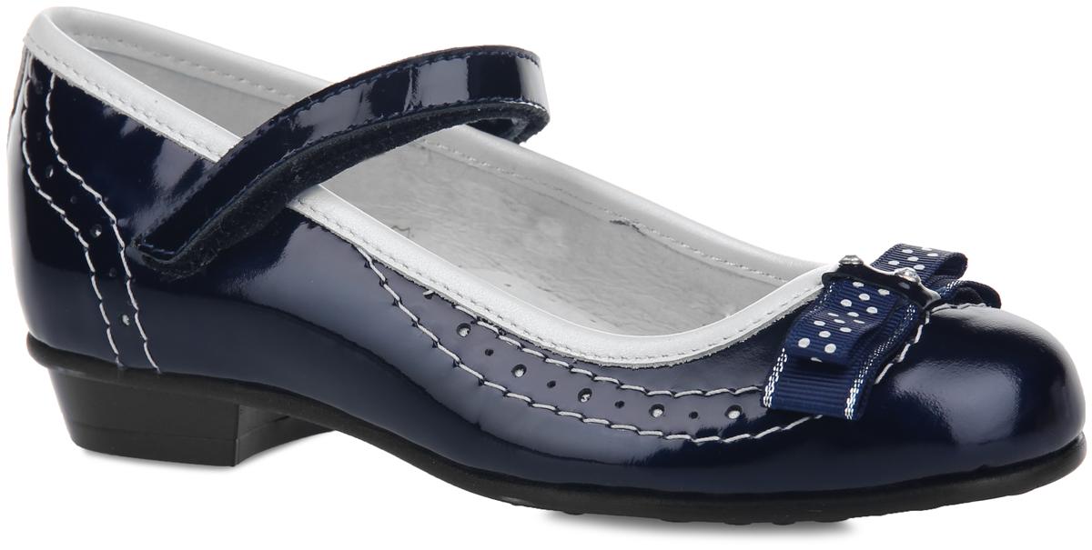 Туфли для девочки Elegami, цвет: темно-синий, белый. 6-604541502. Размер 296-604541502Чудесные туфли от Elegami придутся по душе вашей юной моднице! Модель на невысоком каблучке выполнена из натуральной кожи разной фактуры и оформлена по канту и на заднике вставкой из кожи контрастного цвета, по верху - светлой прострочкой и перфорацией для лучшей воздухопроницаемости. Мыс украшен милым текстильным бантиком, декорированным принтом в горох, блестящей нитью и украшенным по центру стразами. Ремешок на застежке-липучке надежно зафиксирует изделие на ножке ребенка. Подкладка и стелька, изготовленные из натуральной кожи, предотвратят натирание и гарантируют уют. Стелька дополнена супинатором, который обеспечивает правильное положение ноги ребенка при ходьбе, предотвращает плоскостопие. Подошва оснащена рифлением для лучшего сцепления с различными поверхностями. Удобные туфли - незаменимая вещь в гардеробе каждой девочки.