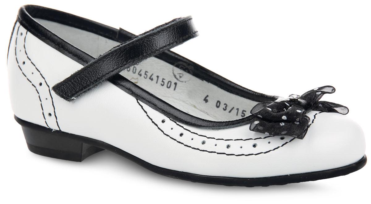 Туфли для девочки Elegami, цвет: белый, черный. 6-604541501. Размер 306-604541501Чудесные туфли от Elegami придутся по душе вашей юной моднице! Модель на невысоком каблучке выполнена из натуральной кожи разной фактуры и оформлена по канту и на заднике вставкой из кожи контрастного цвета, по верху - светлой прострочкой и перфорацией для лучшей воздухопроницаемости. Мыс украшен милым текстильным бантиком, декорированным принтом в горох, блестящей нитью и украшенным по центру стразами. Ремешок на застежке-липучке надежно зафиксирует изделие на ножке ребенка. Подкладка и стелька, изготовленные из натуральной кожи, предотвратят натирание и гарантируют уют. Стелька дополнена супинатором, который обеспечивает правильное положение ноги ребенка при ходьбе, предотвращает плоскостопие. Подошва оснащена рифлением для лучшего сцепления с различными поверхностями. Удобные туфли - незаменимая вещь в гардеробе каждой девочки.