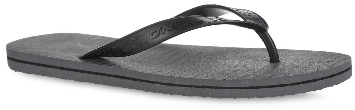 Сланцы мужские O`Neill Ftm Profile Logo, цвет: серый, черный. 604536-8900. Размер 41 (40)604536-8900Стильные сланцы от ONeill придутся вам по душе. Верх модели выполнен из ПВХ, оформлен оригинальным тиснением и названием бренда. Ремешки с перемычкой гарантируют надежную фиксацию изделия на ноге. Верхняя часть подошвы декорирована принтом в полоску и в виде названия бренда. Рифление на верхней поверхности подошвы предотвращает выскальзывание ноги. Рельефное основание подошвы обеспечивает уверенное сцепление с любой поверхностью. Удобные сланцы прекрасно подойдут для похода в бассейн или на пляж.
