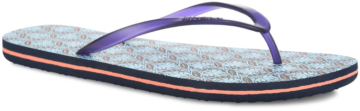 Сланцы женские O`Neill Fw Moya Two, цвет: темно-синий, голубой. 609532-5900. Размер 36 (35)609532-5900Чудесные сланцы от ONeill Fw Moya Two придутся вам по душе. Верх модели выполнен из ПВХ и оформлен на ремешке названием бренда. Ремешки с перемычкой гарантируют надежную фиксацию изделия на ноге. Верхняя часть подошвы декорирована оригинальным принтом. Рифление на верхней поверхности подошвы предотвращает выскальзывание ноги. Рельефное основание подошвы обеспечивает уверенное сцепление с любой поверхностью. Удобные сланцы прекрасно подойдут для похода в бассейн или на пляж