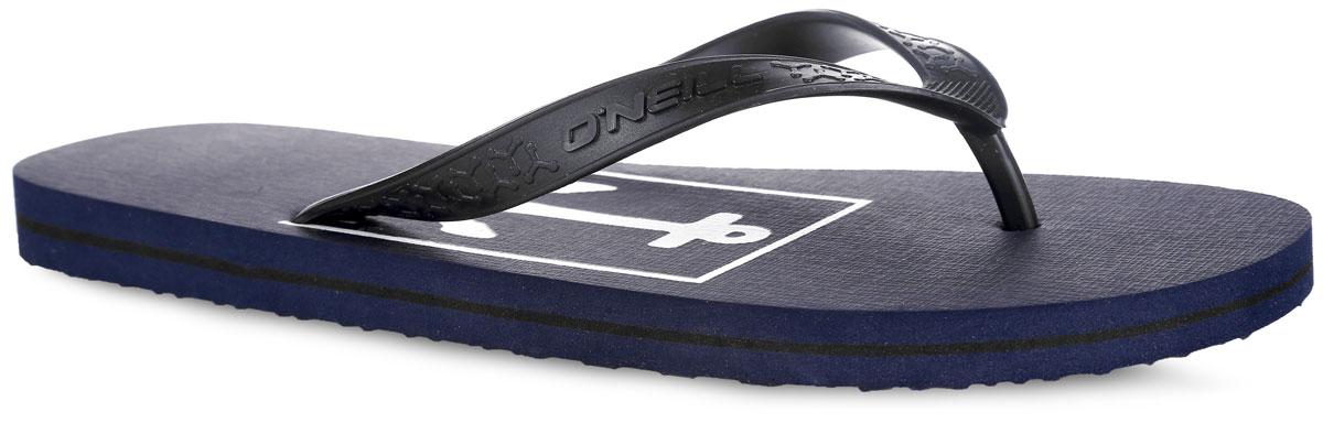 Сланцы мужские O`Neill Ftm Profile Graphic, цвет: темно-синий. 604534-5035. Размер 42 (41)604534-5035Стильные сланцы от ONeill придутся вам по душе. Верх модели выполнен из ПВХ, оформлен оригинальным тиснением и названием бренда. Ремешки с перемычкой гарантируют надежную фиксацию изделия на ноге. Верхняя часть подошвы декорирована принтом в виде якоря и названия бренда. Рифление на верхней поверхности подошвы предотвращает выскальзывание ноги. Рельефное основание подошвы обеспечивает уверенное сцепление с любой поверхностью. Удобные сланцы прекрасно подойдут для похода в бассейн или на пляж.