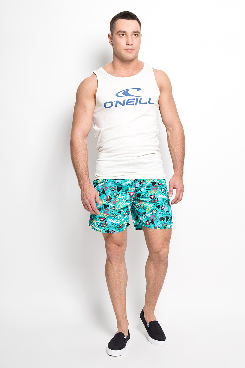 Шорты мужские ONeill, цвет: бирюзовый. 603222-6900. Размер M (48)603222-6900Мужские летние шорты ONeill станут отличным дополнением к вашему спортивному гардеробу. Они выполнены из полиамида и имеют подкладку из полиэстера, благодаря чему удобно сидят, обладают высокой износостойкостью, быстро сохнут и превосходно отводят влагу от тела, оставляя кожу сухой.Модель дополнена широкой эластичной резинкой на поясе. Объем талии регулируется при помощи шнурка-кулиски в поясе. Шорты дополнены двумя втачными карманами на липучках спереди и одним накладным карманом сзади, закрывающимся на клапан с кнопкой и липучкой. Шорты оформлены оригинальным геометрическим принтом и украшены имитацией ширинки. Изделие оснащено сетчатой несъемной вставкой в виде трусов-слипов.Эти модные свободные шорты идеально подойдут для повседневной носки, а также бега, фитнеса и других спортивных упражнений. В них вы всегда будете чувствовать себя уверенно и комфортно.