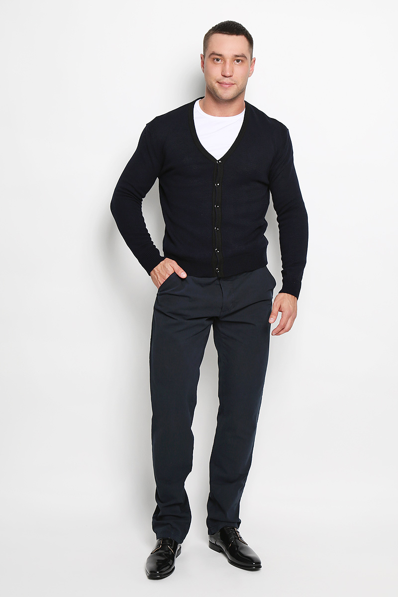 Кардиган мужской Rocawear, цвет: темно-синий. R0315S04. Размер L (50)R0315S04Стильный мужской кардиган Rocawear выполнен из высококачественного натурального акрила, благодаря чему великолепно сохраняет тепло, позволяет коже дышать и обладает высокой износостойкостью и эластичностью. Модель с длинными рукавами и V-образным вырезом горловины согреет вас в прохладные дни. Кардиган застегивается на пуговицы, манжеты рукавов, низ и вырез горловины связаны резинкой. Теплый вязаный кардиган - идеальный вариант для создания уникального образа. Такая модель будет дарить вам комфорт в течение всего дня и послужит замечательным дополнением к вашему гардеробу.