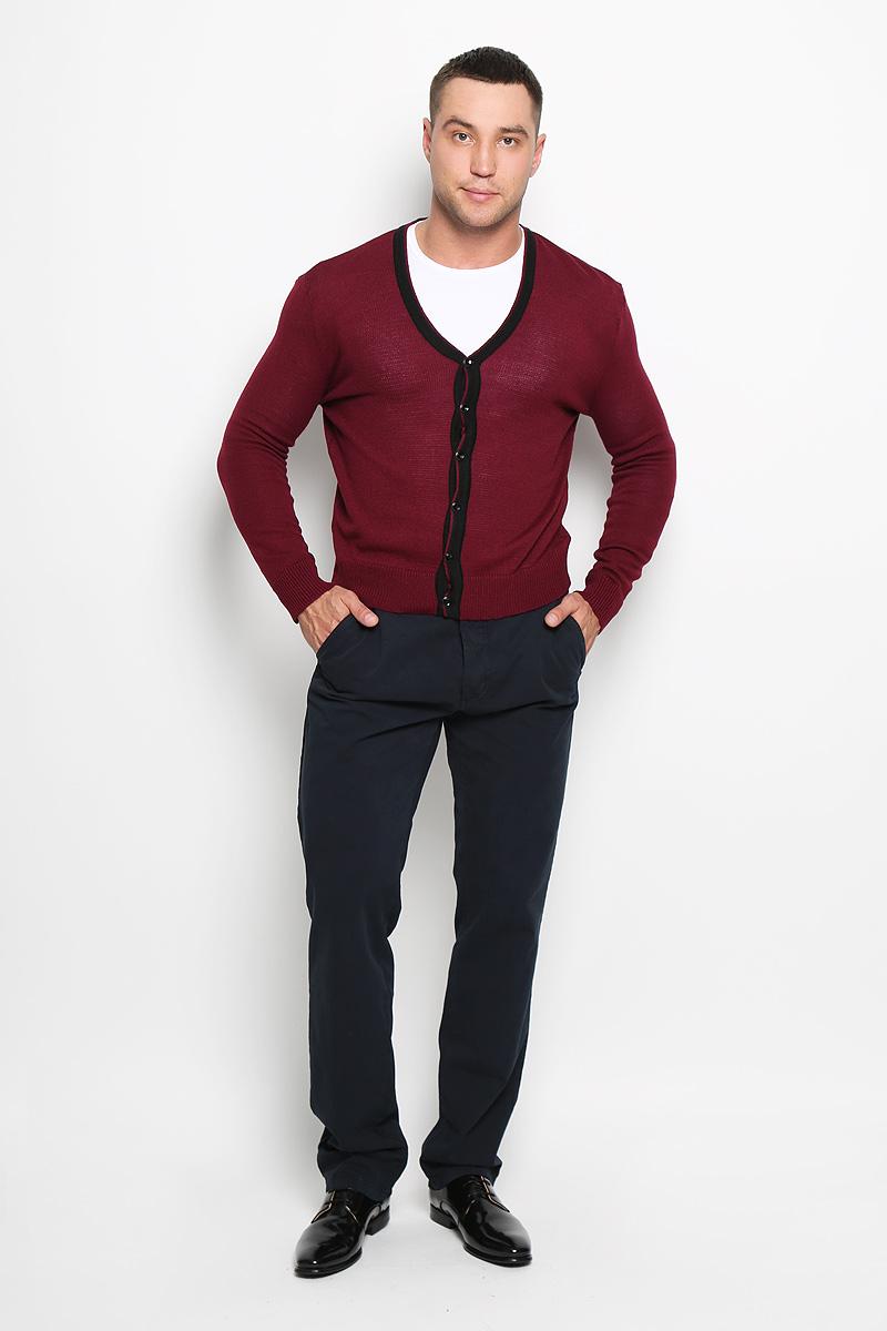 Кардиган мужской Rocawear, цвет: бордовый. R0315S04. Размер XL (52)R0315S04Стильный мужской кардиган Rocawear выполнен из высококачественного натурального акрила, благодаря чему великолепно сохраняет тепло, позволяет коже дышать и обладает высокой износостойкостью и эластичностью. Модель с длинными рукавами и V-образным вырезом горловины согреет вас в прохладные дни. Кардиган застегивается на пуговицы, манжеты рукавов, низ и вырез горловины связаны резинкой. Теплый вязаный кардиган - идеальный вариант для создания уникального образа. Такая модель будет дарить вам комфорт в течение всего дня и послужит замечательным дополнением к вашему гардеробу.