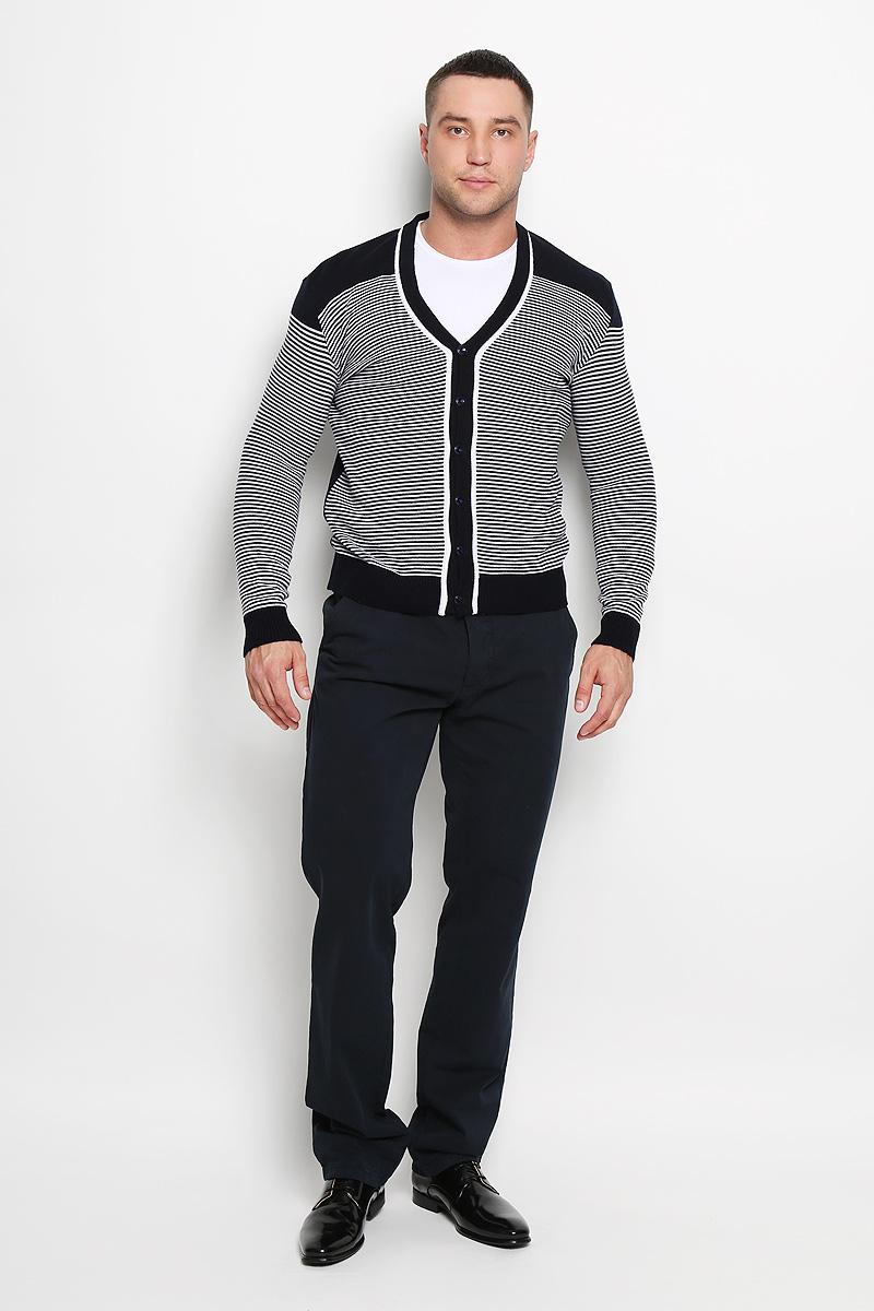 Кардиган мужской Rocawear, цвет: темно-синий, белый. R0315S03. Размер XL (52)R0315S03Стильный мужской кардиган Rocawear выполнен из высококачественного натурального акрила, благодаря чему великолепно сохраняет тепло, позволяет коже дышать и обладает высокой износостойкостью и эластичностью. Модель с длинными рукавами и V-образным вырезом горловины согреет вас в прохладные дни. Кардиган застегивается на пуговицы, манжеты рукавов, низ и вырез горловины связаны резинкой. Теплый вязаный кардиган - идеальный вариант для создания уникального образа. Такая модель будет дарить вам комфорт в течение всего дня и послужит замечательным дополнением к вашему гардеробу.