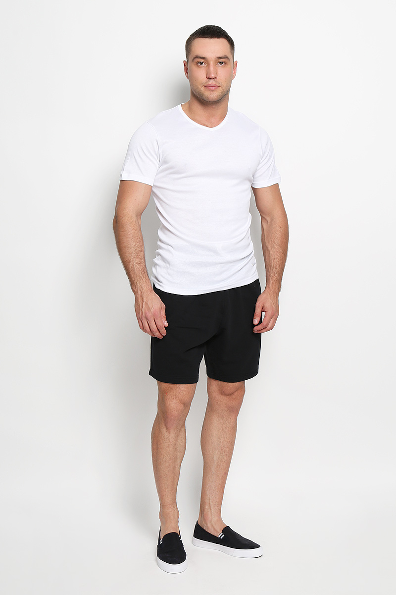 Футболка мужская Diadora, цвет: белый. 5099. Размер 6 (52)5099Мужская футболка Diadora, выполненная из натурального хлопка, идеально подойдет для повседневной носки. Материал изделия очень мягкий и приятный на ощупь, не сковывает движения и позволяет коже дышать.Футболка с короткими рукавами имеет V-образный вырез горловины. Модель украшена фирменной нашивкой. Такая футболка будет дарить вам комфорт в течение всего дня и станет отличным дополнением к вашему гардеробу.
