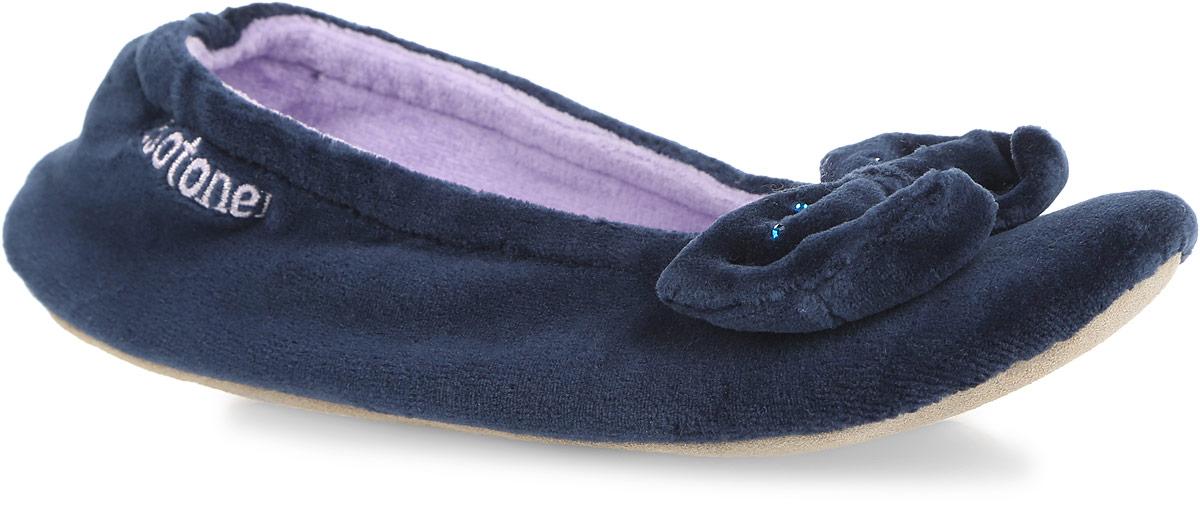 Тапки женские Isotoner, цвет: темно-синий. 97020. Размер 37/3897020Очаровательные женские тапки от Isotoner, стилизованные под балетки, помогут отдохнуть вашим ножкам после трудового дня. Модель выполнена из комбинации спандекса, полиэстера и оформлена на мысе милым бантом со стразами, в задней части - фирменной вышивкой. Подкладка и стелька, изготовленные из текстиля, комфортны при ходьбе. Стелька принимает форму стопы, а после деформации быстро возвращается в свою первоначальную форму. Подошва из натуральной кожи обеспечивает сцепление с любыми поверхностями. Такие тапочки придутся вам по душе.
