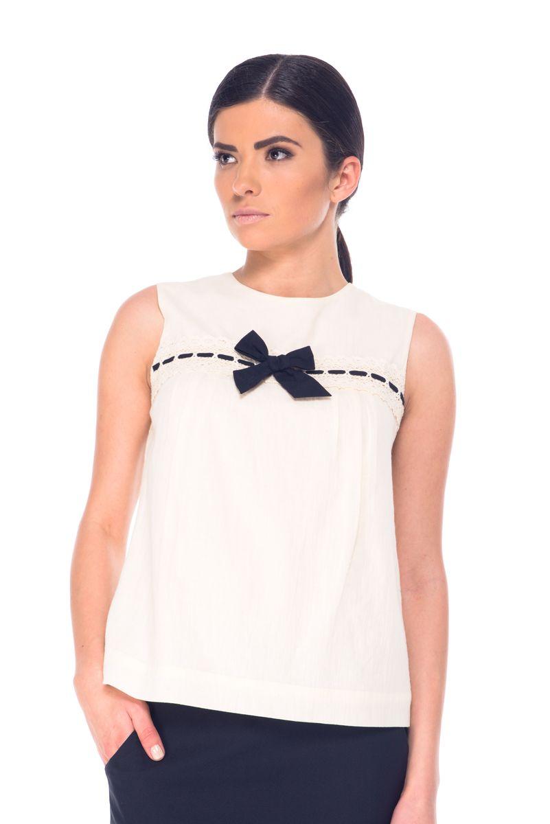 Блузка женская Arefeva, цвет: светло-бежевый. 07061. Размер L (48)07061Модная женская блузка Arefeva, изготовленная из натурального хлопка, мягкая и приятная на ощупь, не сковывает движений и обеспечивает наибольший комфорт.Модель с круглым вырезом горловины и без рукавов оформлена спереди кружевом и декоративным бантиком. Застегивается изделие на пуговицы, расположенные на спинке.