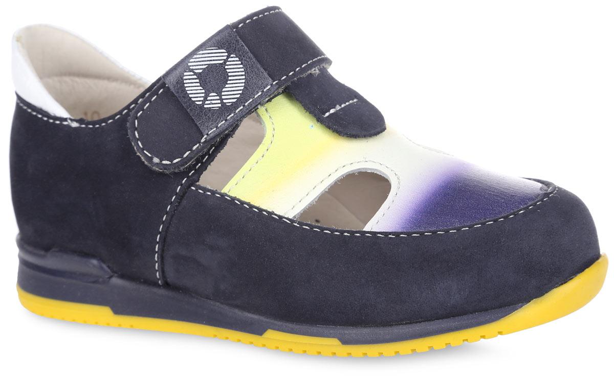 Туфли для мальчика TapiBoo, цвет: венге, темно-синий. FT-25003.16-OL08O.01. Размер 23FT-25003.16-OL08O.01Стильные туфли от TapiBoo придутся по душе вашему мальчику. Модель выполнена из натуральной кожи разной фактуры и оформлена в области подъема ярким принтом, резными отверстиями для лучшего воздухообмена, на верхнем ремешке - шильдой с логотипом, по канту - контрастной вставкой из кожи. Подкладка и стелька, изготовленные из натуральной кожи, гарантируют комфорт при ходьбе. Подкладка обладает мягкостью и природной способностью пропускать воздух для создания оптимального температурного режима и предотвращения натирания ножки. Многослойная, анатомическая стелька дополнена сводоподдерживающим элементом для правильного формирования стопы. Ремешок на застежке-липучке позволяет легко снимать и надевать обувь даже самым маленьким детям, обеспечивая при этом оптимальную фиксацию. Жесткий фиксирующий задник надежно стабилизирует голеностопный сустав во время ходьбы, препятствуя развитию патологических изменений стопы. Эластичный подносок надежно защищает переднюю часть стопы ребенка, не сжимая пальцы ног и оставляя достаточно пространства для естественной подвижности передней части стопы. Широкий, устойчивый каблук специальной конфигурации каблук Томаса продлен с внутренней стороны до середины стопы, чтобы исключить вращение (заваливание) стопы вовнутрь. Упругая, умеренно-эластичная подошва имеет перекат, позволяющий повторить естественное движение стопы при ходьбе для правильного распределения нагрузки на опорно-двигательный аппарат ребенка. Рифление на подошве для лучшего сцепления с поверхностями. Такие туфли займут достойное место среди коллекции обуви вашего ребенка.