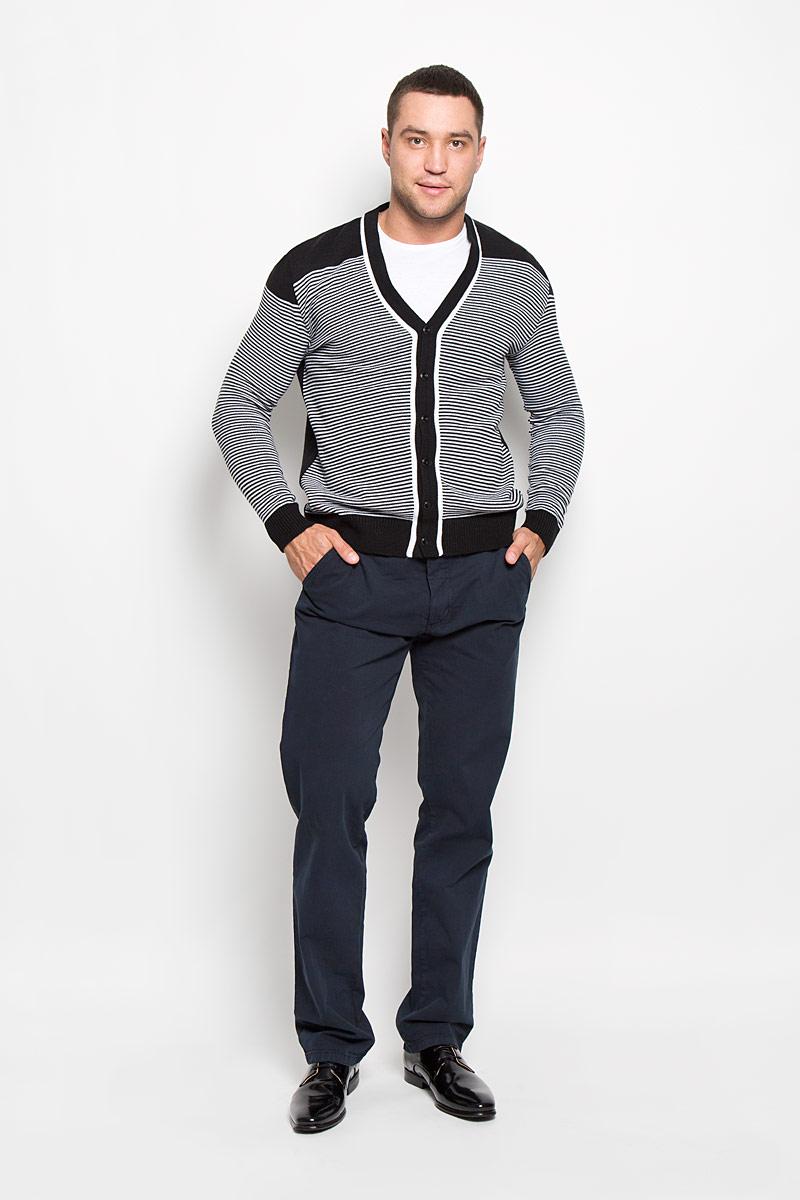 Брюки мужские F5, цвет: темно-синий. 160165_09607. Размер 33-32 (48/50-32)160165_09607Стильные мужские брюки F5 великолепно подойдут для повседневной носки и помогут вам создать незабываемый современный образ. Классическая модель прямого кроя и стандартной посадки изготовлена из эластичного хлопка, благодаря чему великолепно пропускает воздух, обладает высокой гигроскопичностью и превосходно сидит. Брюки застегиваются на ширинку на застежке-молнии, а также пуговицу на поясе. На поясе расположены шлевки для ремня. Модель оформлена двумя открытыми втачными карманами спереди и двумя прорезными карманами на пуговицах сзади.Эти модные и в то же время удобные брюки станут великолепным дополнением к вашему гардеробу. В них вы всегда будете чувствовать себя уверенно и комфортно.